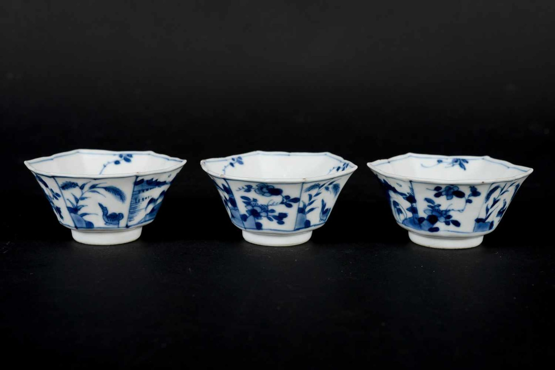 A set of three hexagonal blue and white porcelain cups with saucers, decorated with ducks, flowers - Bild 9 aus 12