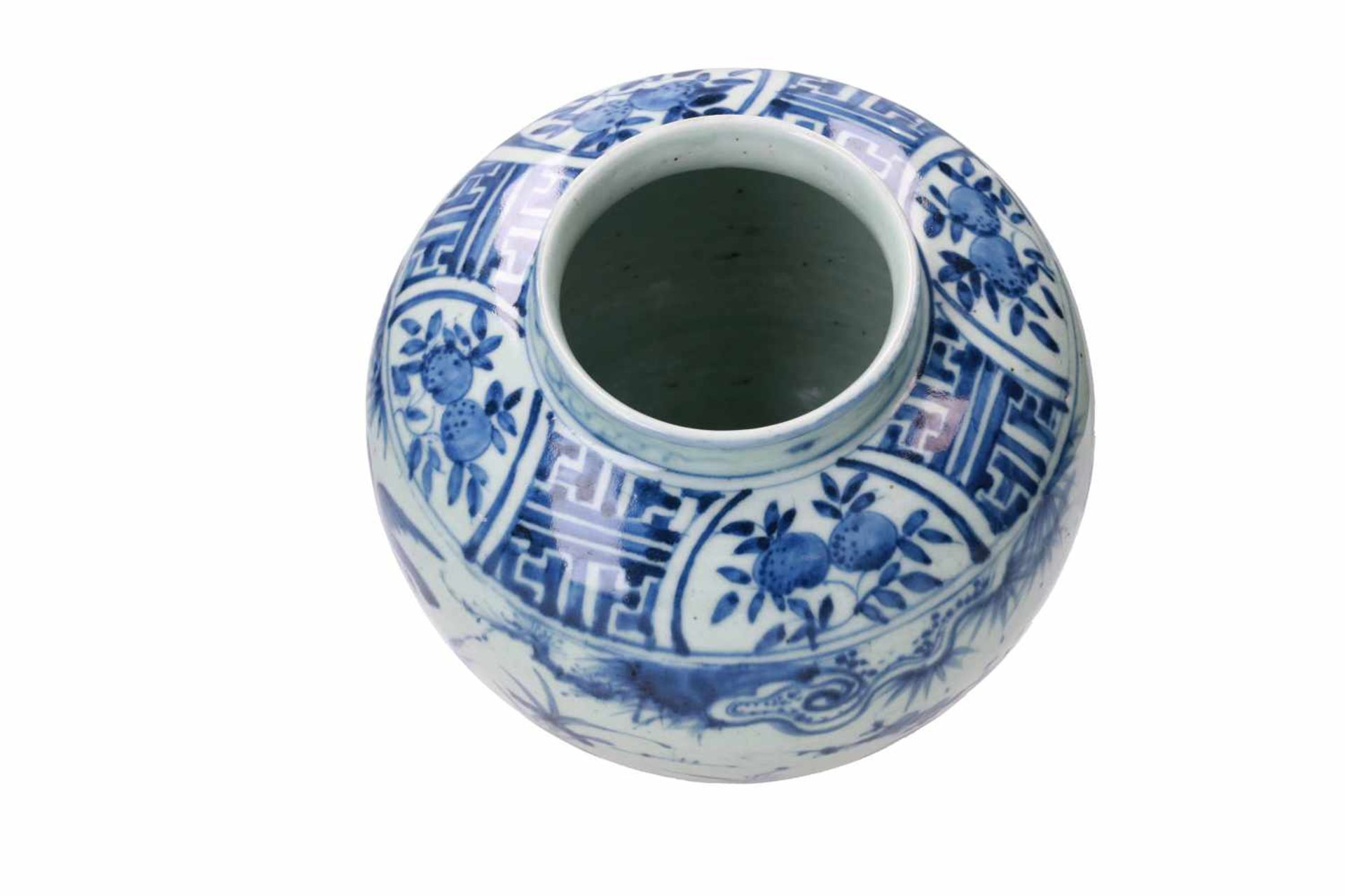 A blue and white porcelain jar, decorated with ducks, peaches and flowers. Unmarked. China, Wanli. - Bild 5 aus 7