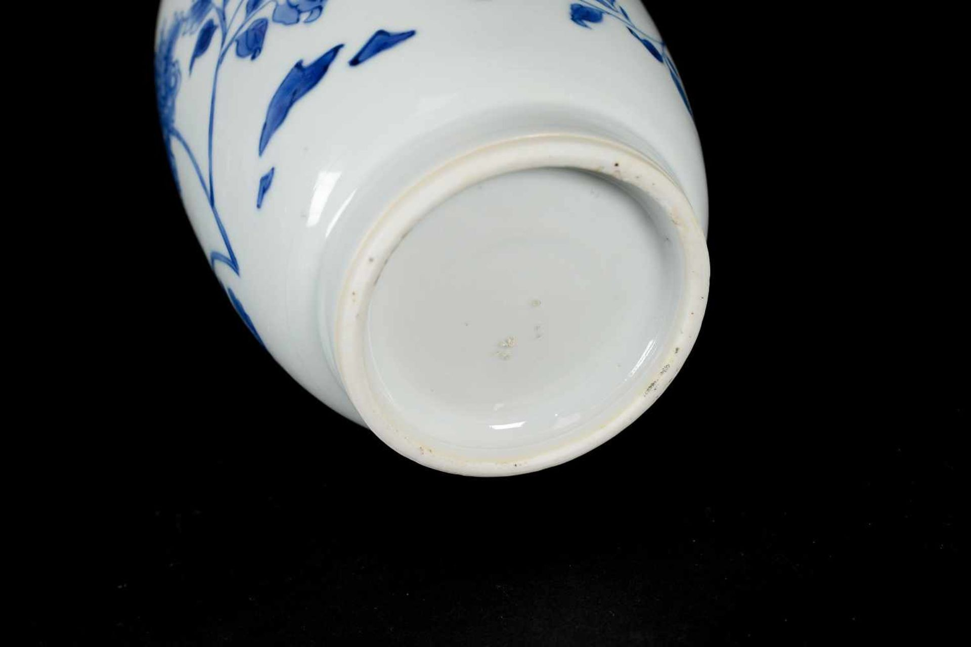 A blue and white porcelain jar, decorated with flowers. Unmarked. China, Transition. - Bild 6 aus 7
