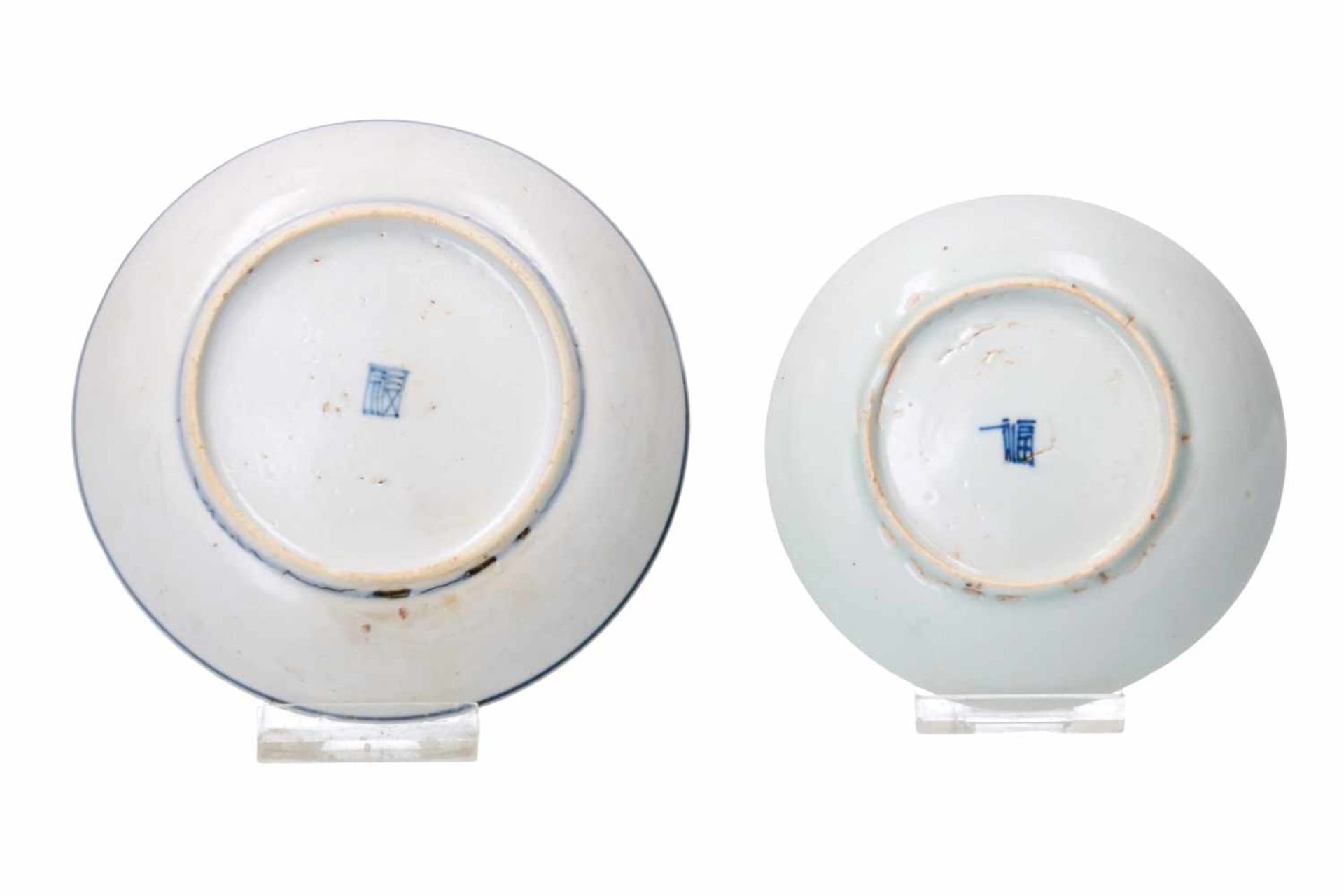 Two blue and white porcelain saucers, decorated with a dragon and a mythical creature. Marked. - Bild 2 aus 4