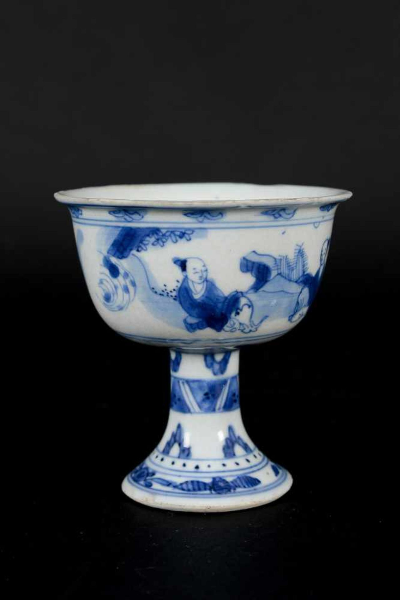 A blue and white porcelain stem cup, decorated with figures in landscape. Unmarked. China, - Bild 3 aus 6