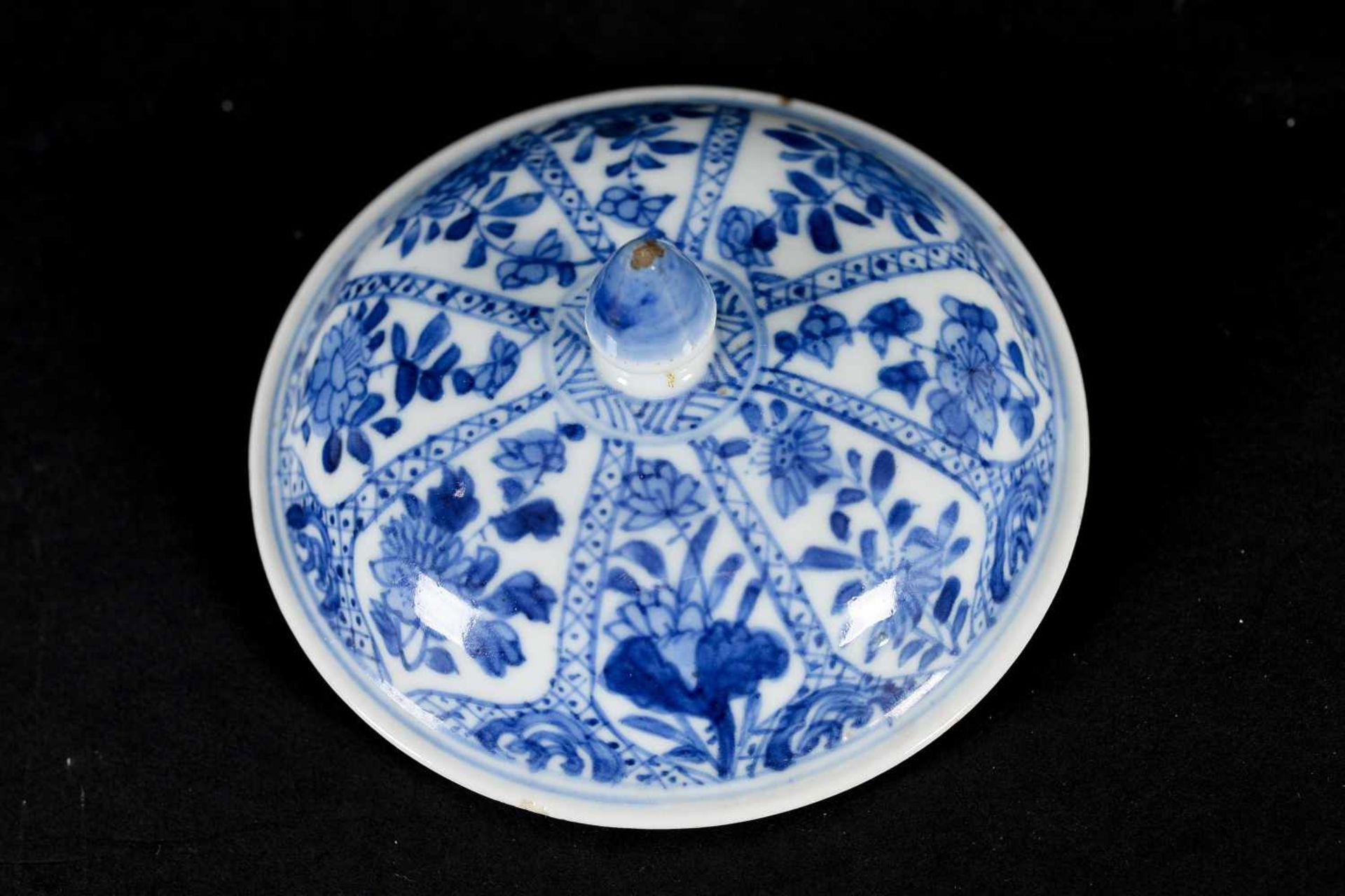 A blue and white porcelain lidded cup with two handles on a deep saucer, decorated with flowers. - Bild 6 aus 9