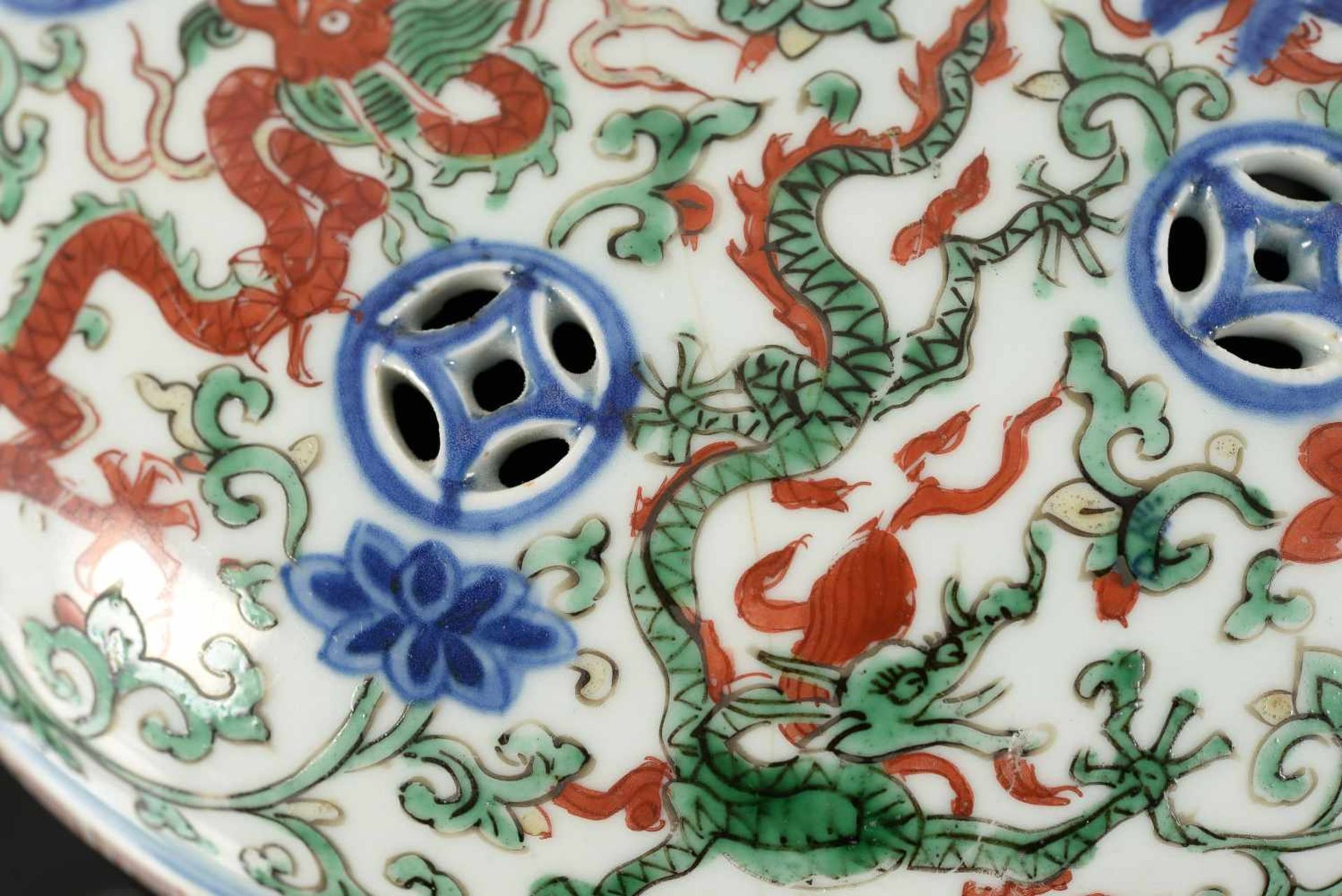 A Wucai porcelain lidded bowl, decorated with dragons and flowers. The bowl with nine - Bild 10 aus 26