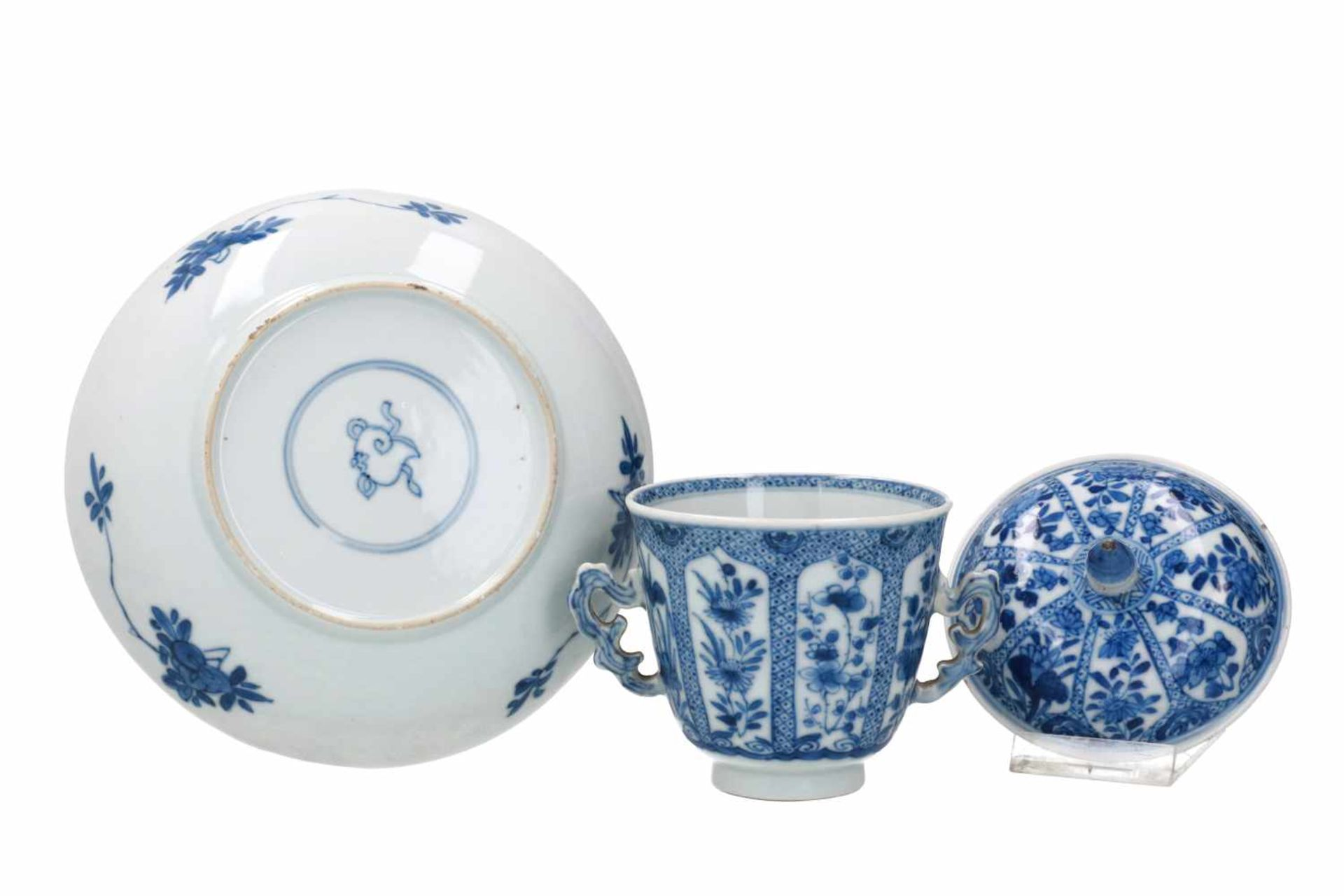 A blue and white porcelain lidded cup with two handles on a deep saucer, decorated with flowers. - Bild 2 aus 9