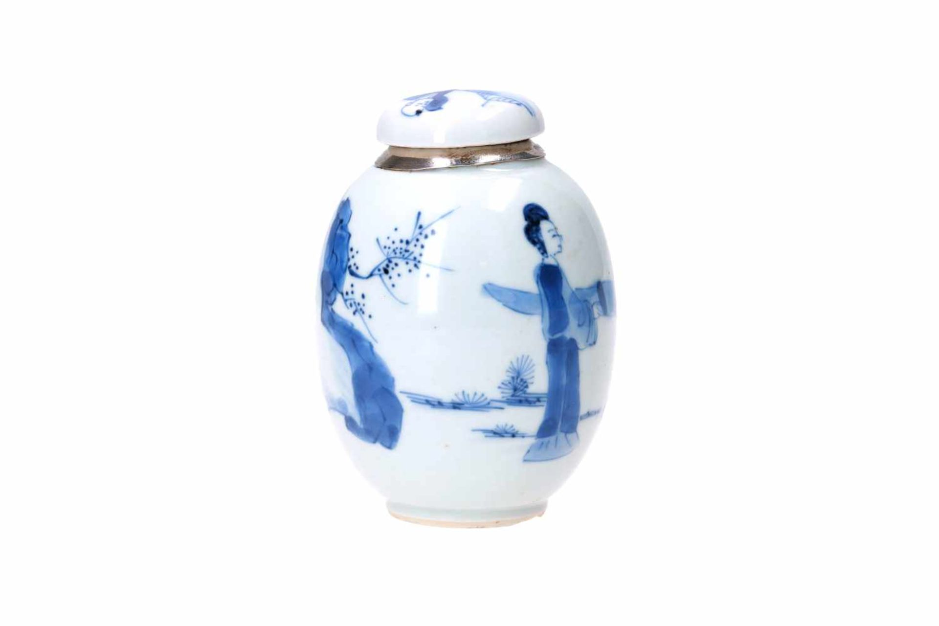 A blue and white porcelain lidded jar with later Dutch silver mounting, decorated with figures in - Bild 4 aus 11