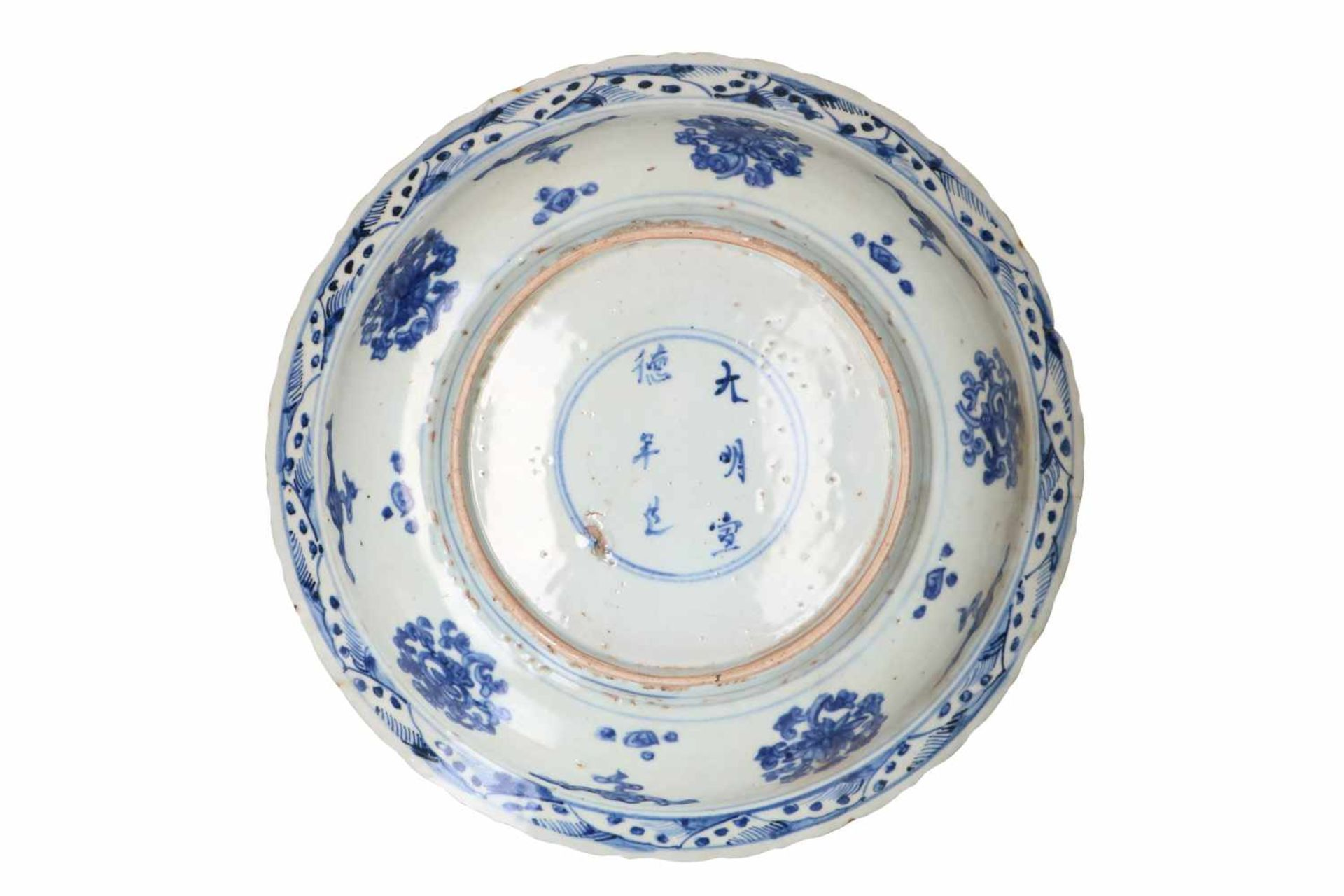 Lot of three blue and white Swatow porcelain chargers, decorated with flowers and animals. One - Bild 7 aus 8