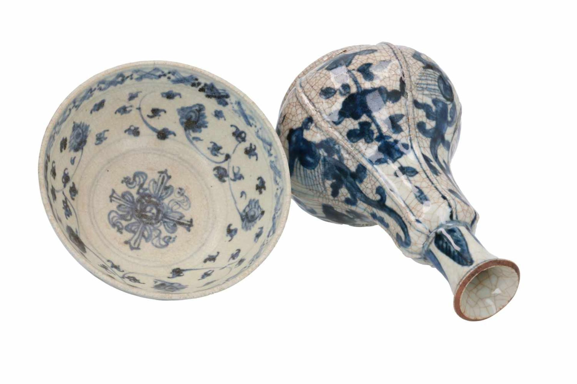 A blue and white porcelain bowl, decorated with flowers. Unmarked. China, early Ming, 15th - Bild 3 aus 5