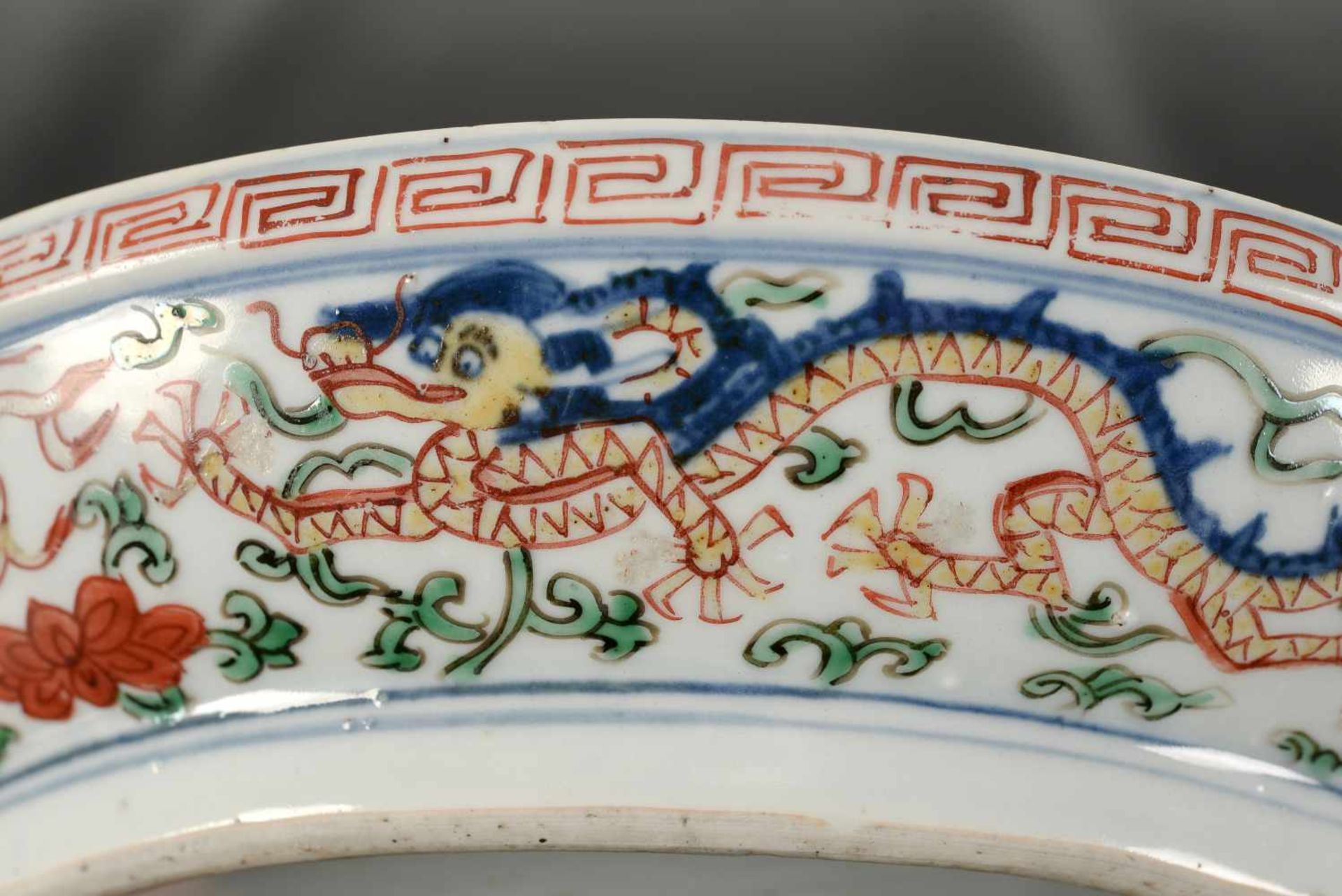 A Wucai porcelain lidded bowl, decorated with dragons and flowers. The bowl with nine - Bild 17 aus 26