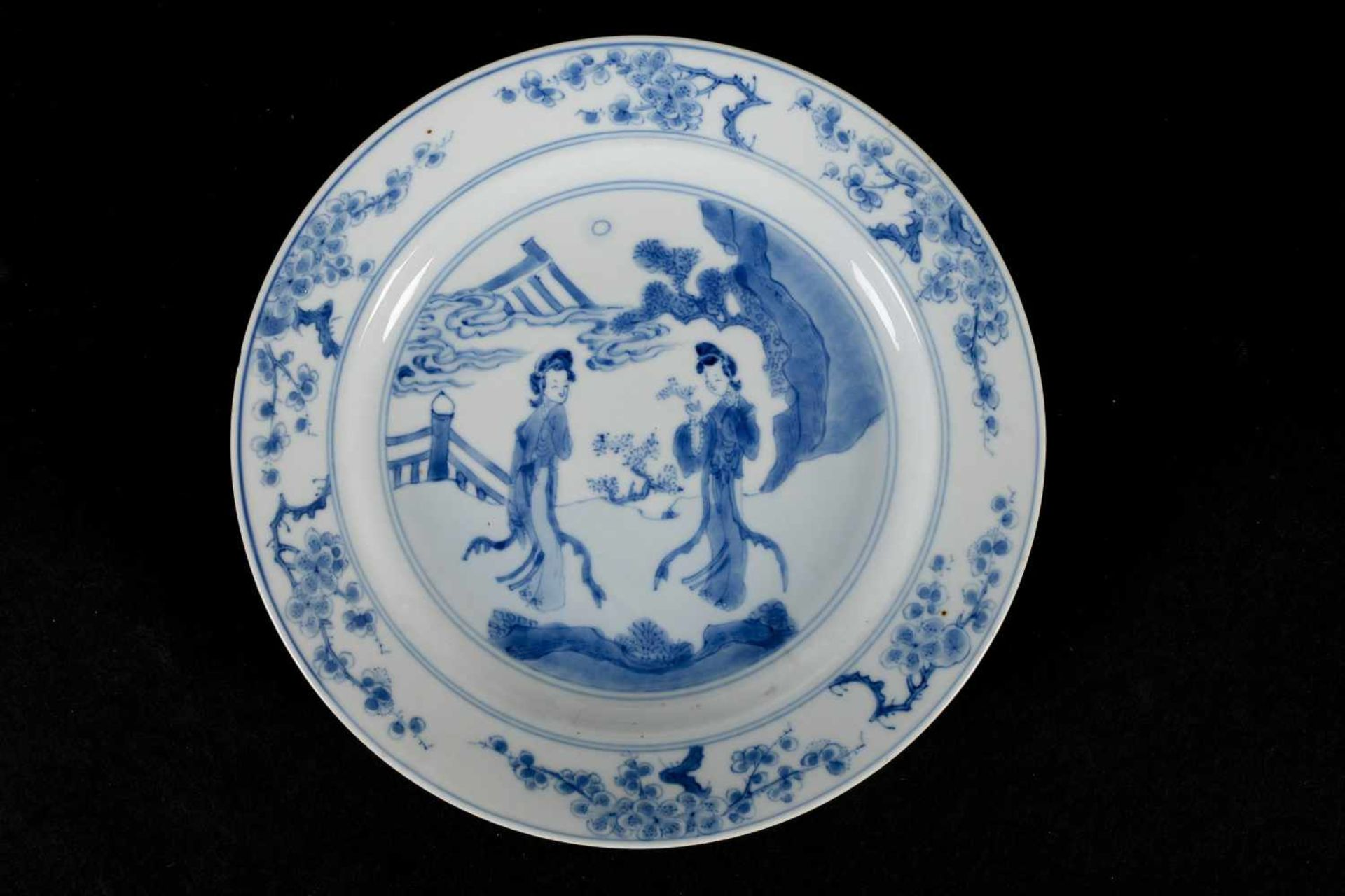 A blue and white porcelain deep dish, decorated with long Elizas in a garden and prunus flowers. - Bild 3 aus 3