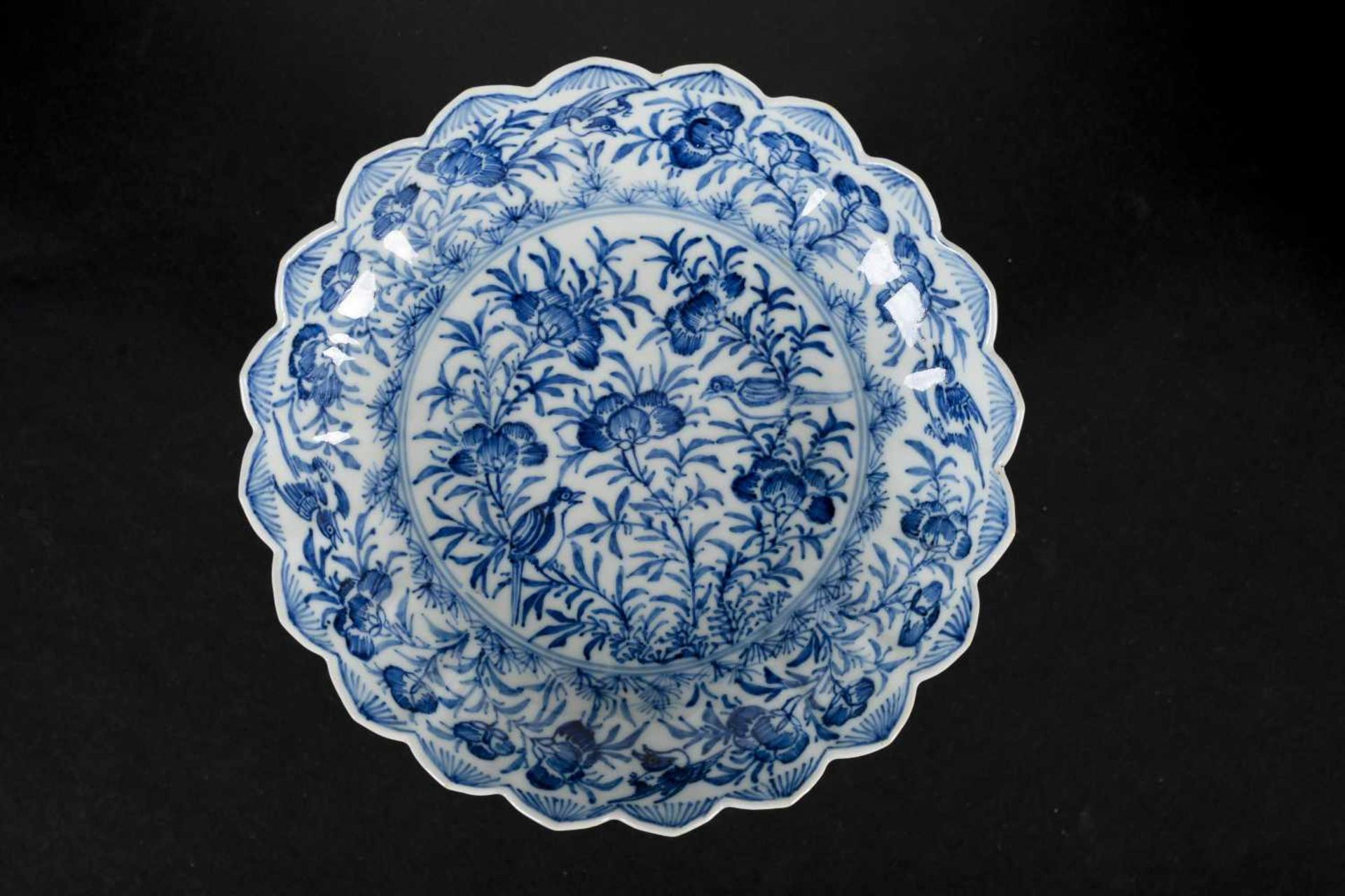 A set of six blue and white porcelain deep saucers with scalloped rim, decorated with flowers and - Bild 5 aus 8