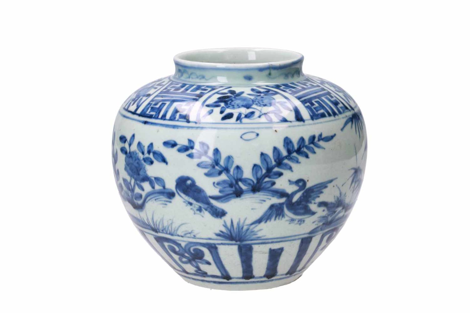 A blue and white porcelain jar, decorated with ducks, peaches and flowers. Unmarked. China, Wanli. - Bild 2 aus 7