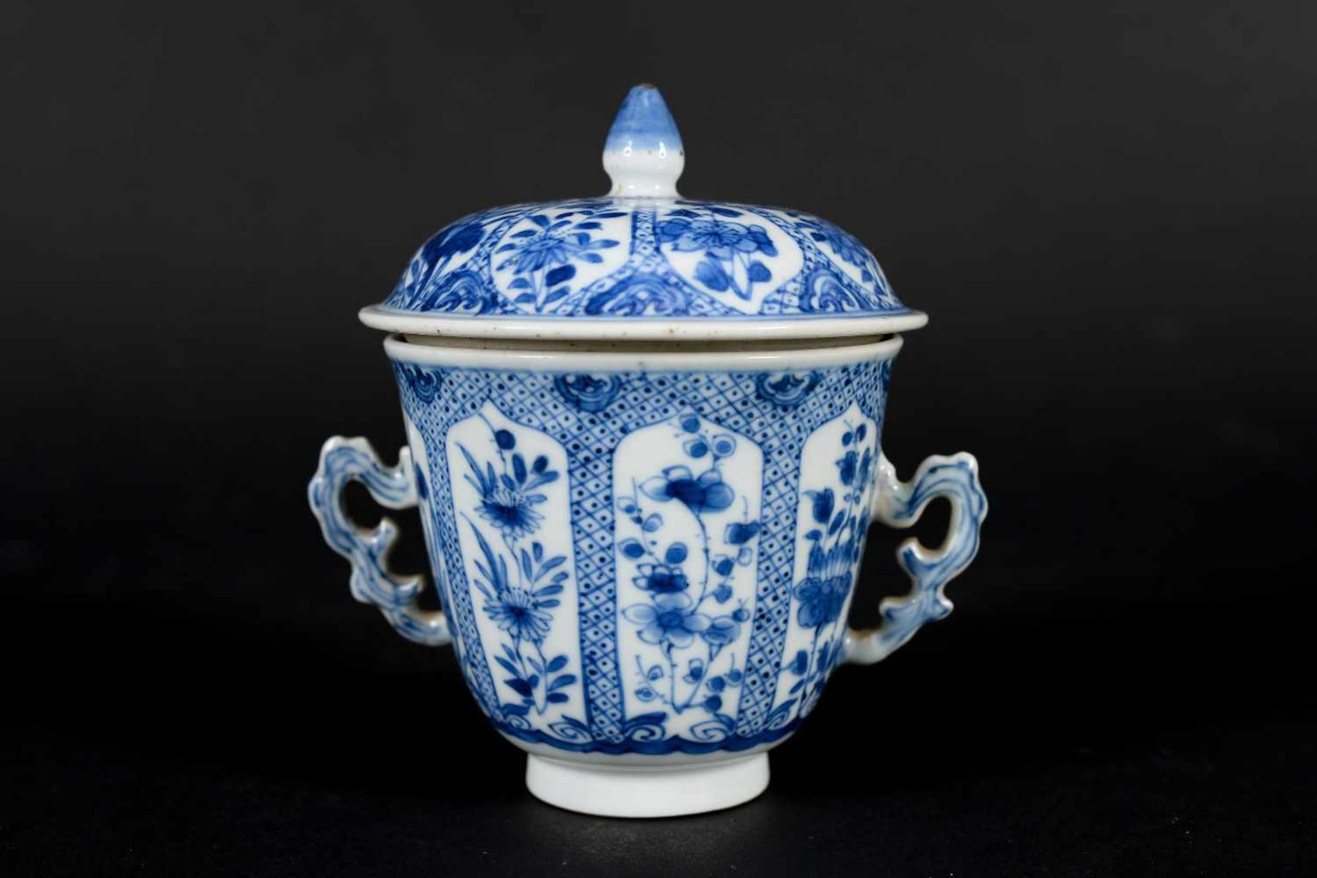 A blue and white porcelain lidded cup with two handles on a deep saucer, decorated with flowers. - Bild 5 aus 9