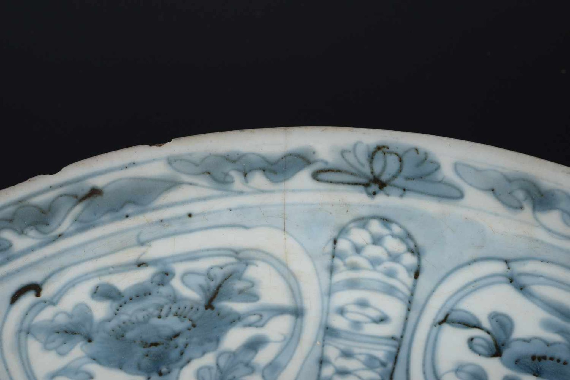 A blue and white porcelain deep charger, decorated with dragons and flowers. Unmarked. China, - Bild 5 aus 6
