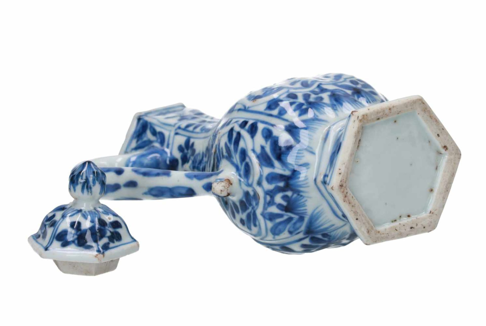 A hexagonal blue and white porcelain wine jar for the Persian market, decorated with flowers and a - Bild 3 aus 5