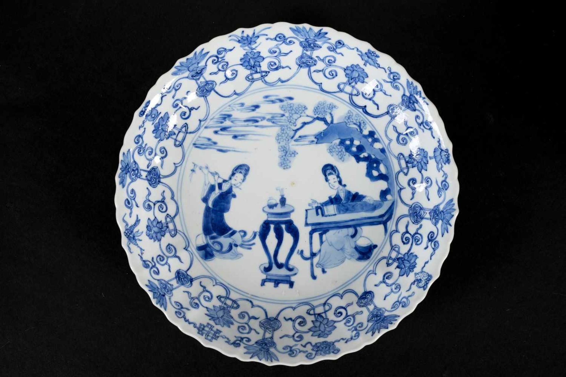 A lobed blue and white porcelain deep dish with scalloped rim, decorated with flowers and two long - Bild 3 aus 3