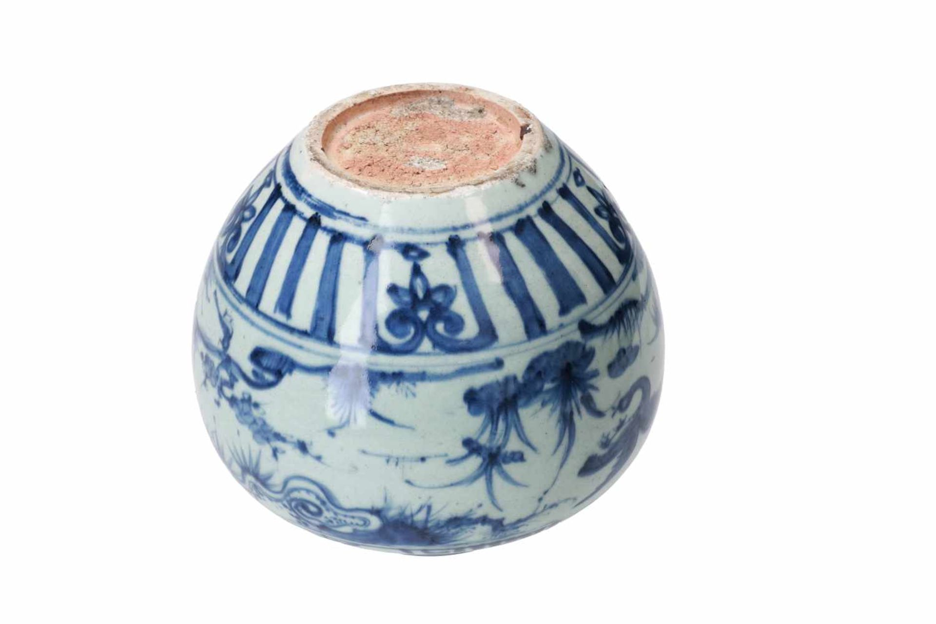 A blue and white porcelain jar, decorated with ducks, peaches and flowers. Unmarked. China, Wanli. - Bild 6 aus 7