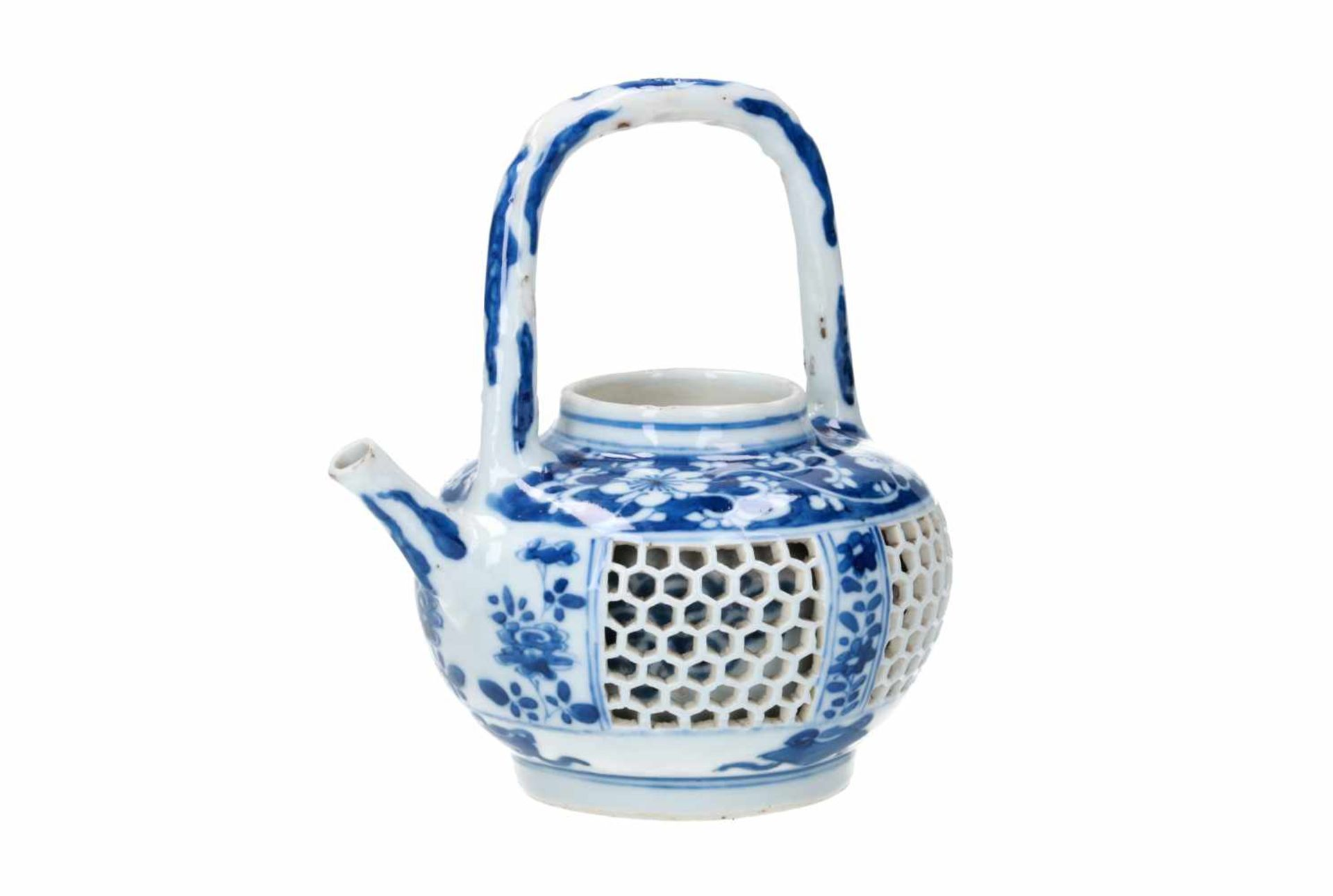 A blue and white porcelain teapot with open work belly, decorated with flowers and censers. Cover - Bild 5 aus 5