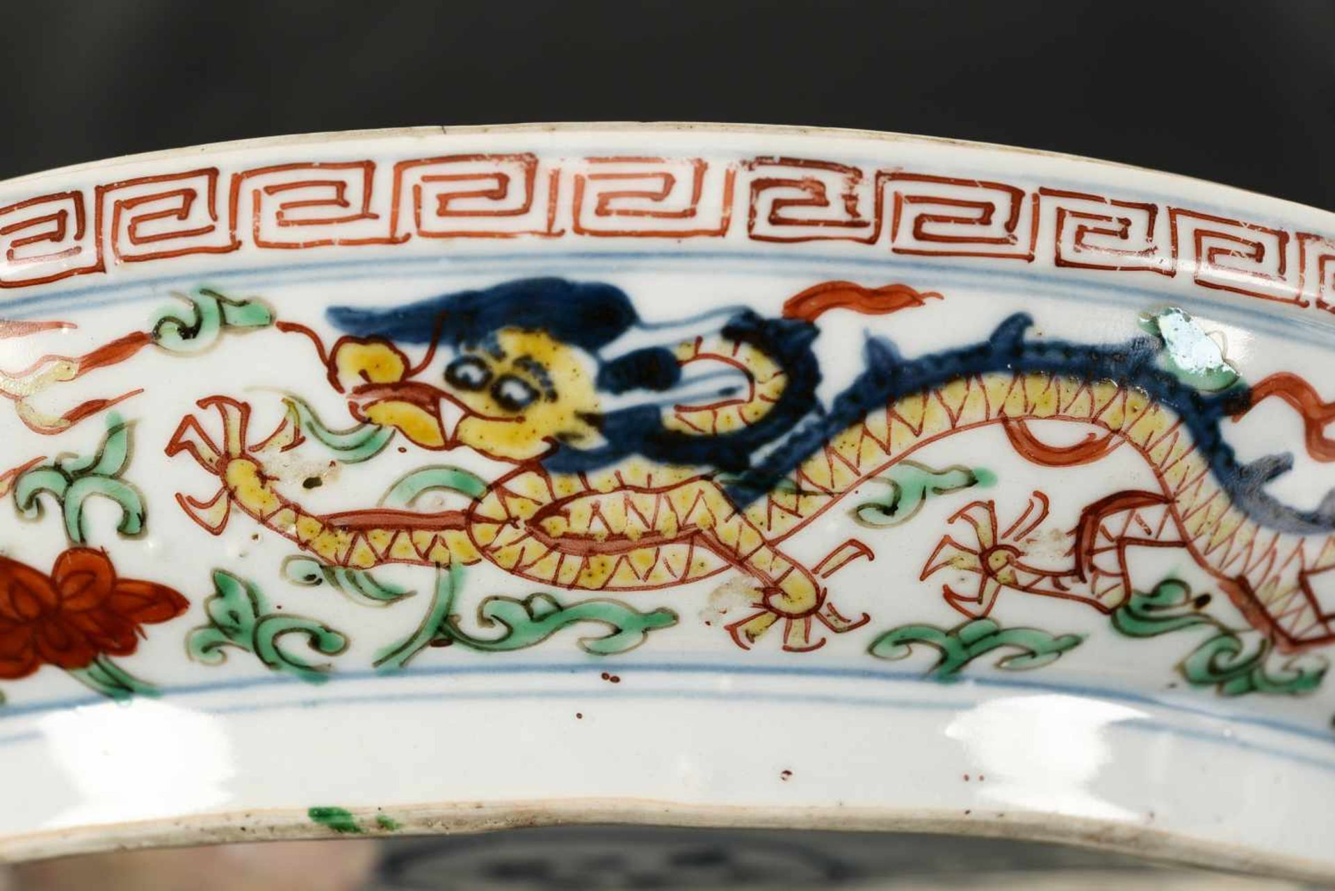 A Wucai porcelain lidded bowl, decorated with dragons and flowers. The bowl with nine - Bild 15 aus 26