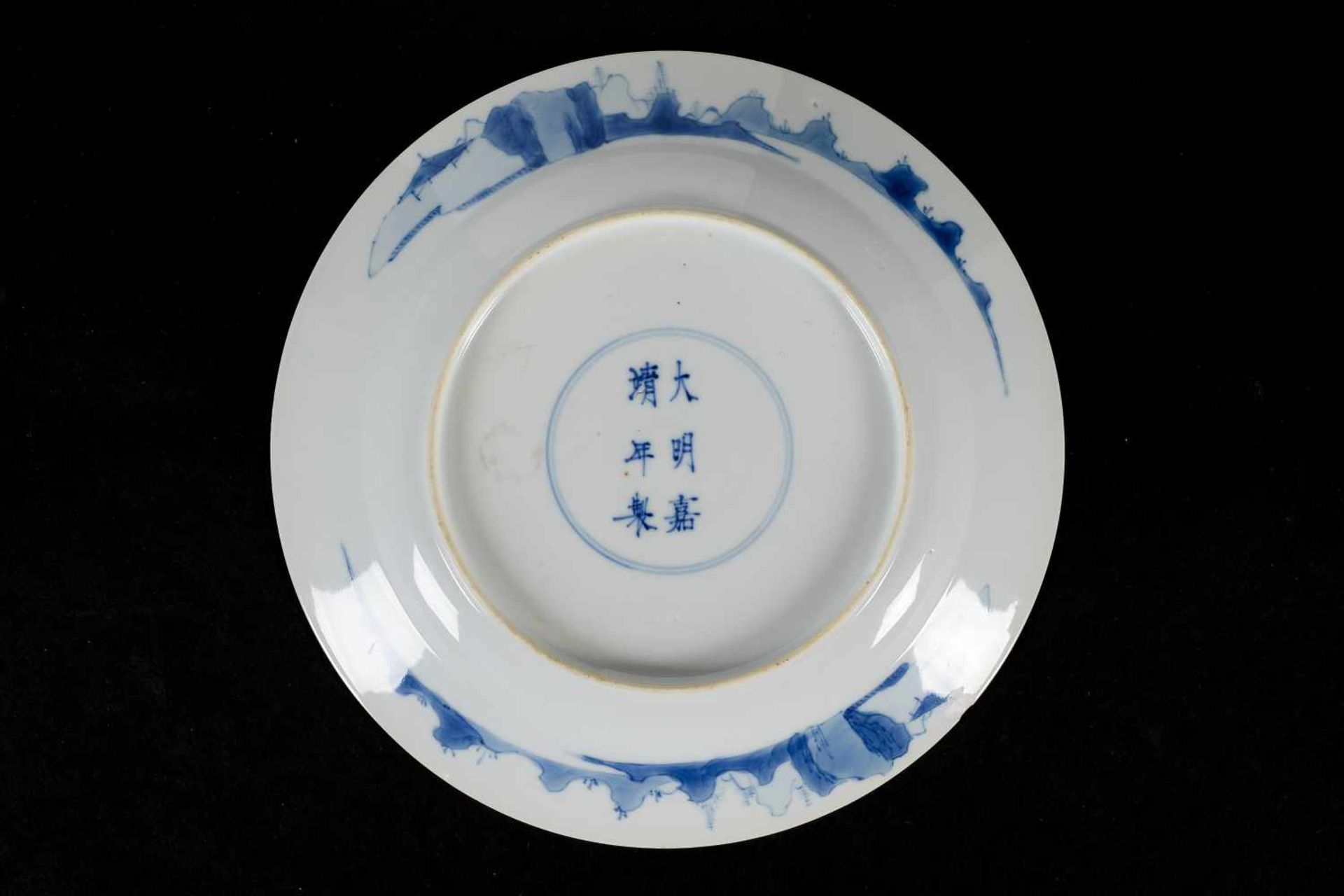 A blue and white porcelain deep dish, decorated with long Elizas in a garden and prunus flowers. - Bild 2 aus 3