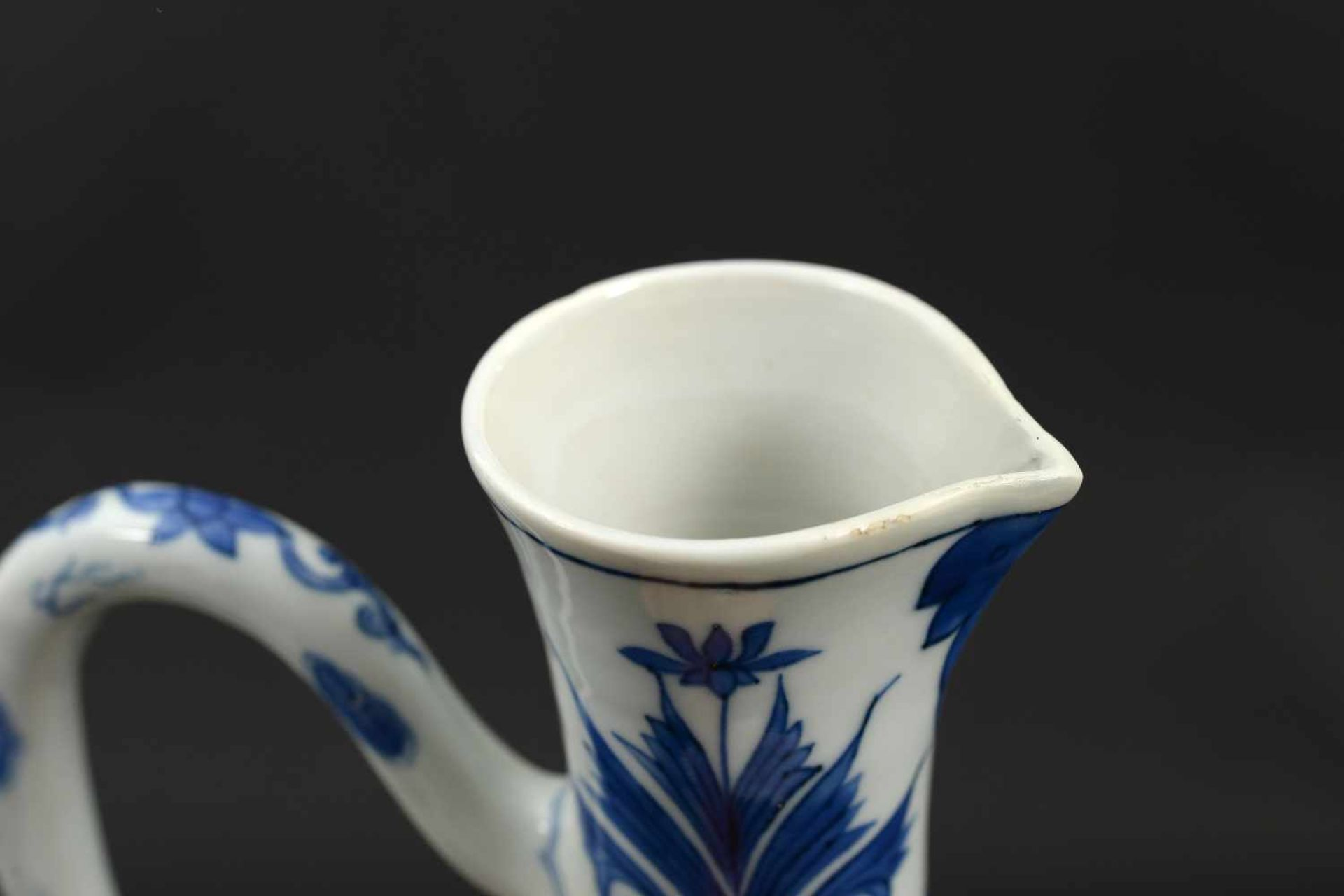 A blue and white porcelain jug, decorated with figures, a river landscape and flowers. Unmarked. - Bild 8 aus 9