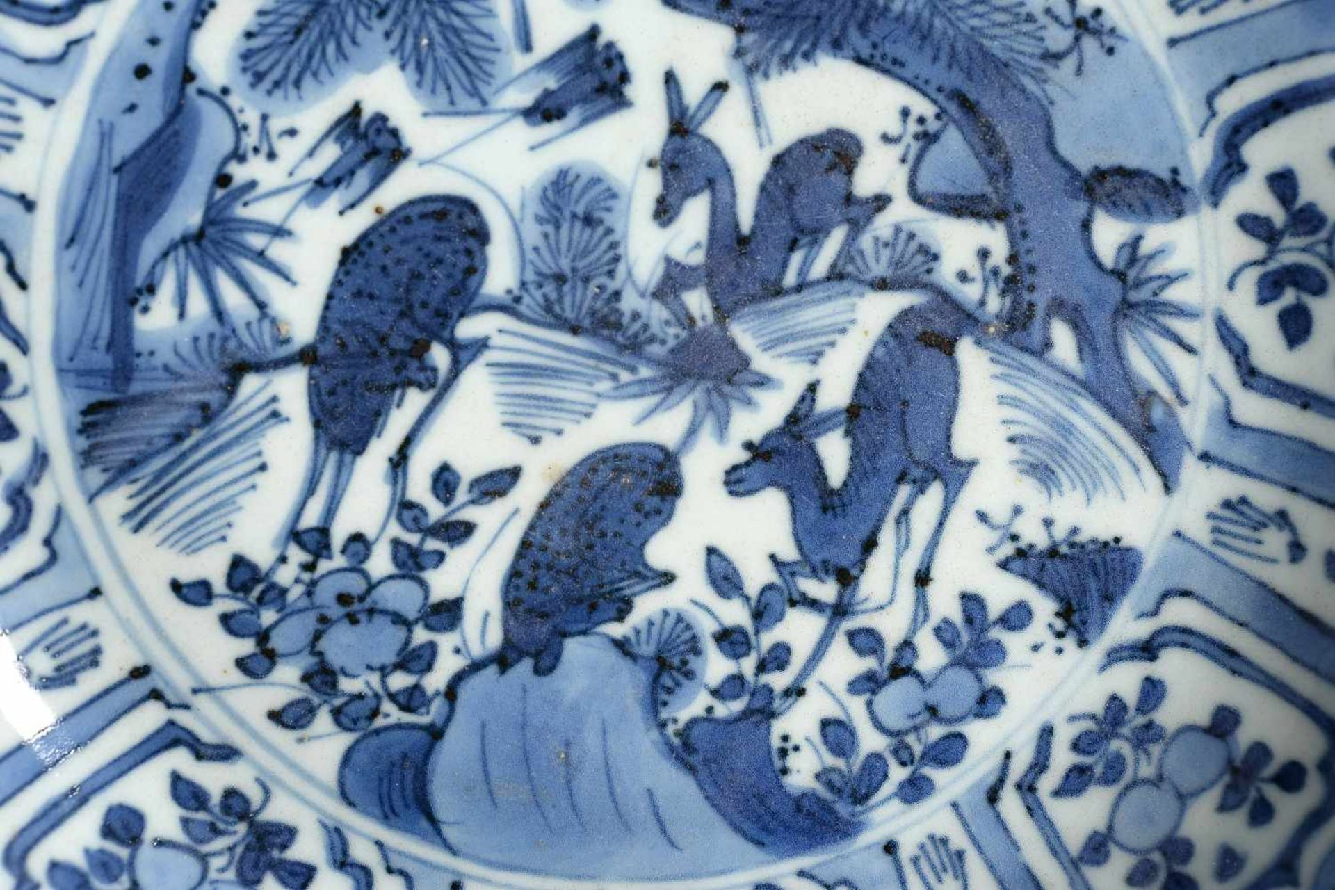 A blue and white 'kraak' porcelain deep dish, decorated with deer, birds and flowers. Unmarked. - Bild 3 aus 5