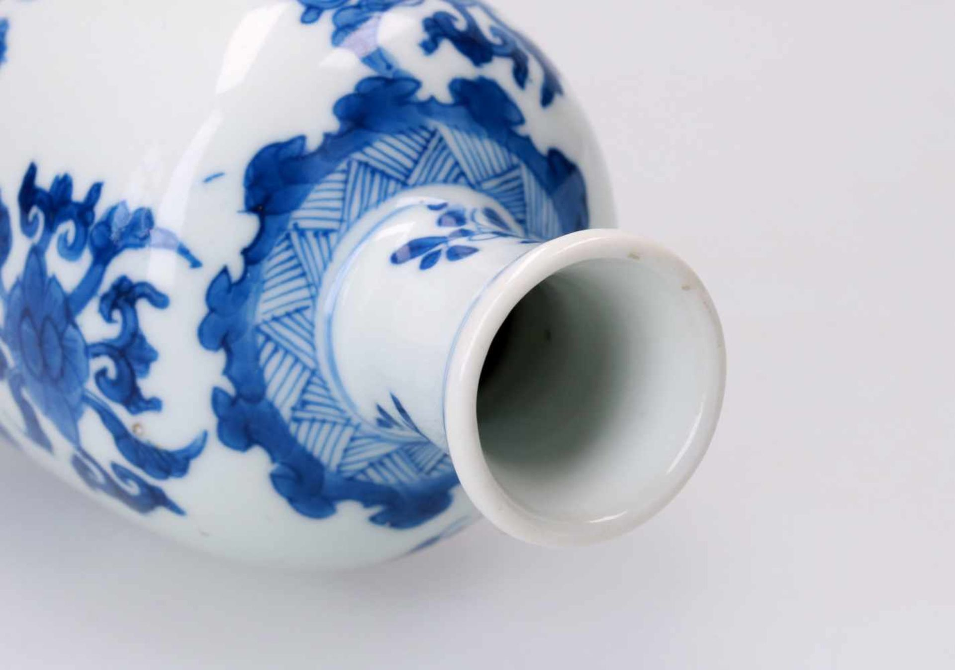 A blue and white porcelain vase, decorated with flowers and patterns. Unmarked. China, Kangxi. - Bild 3 aus 4