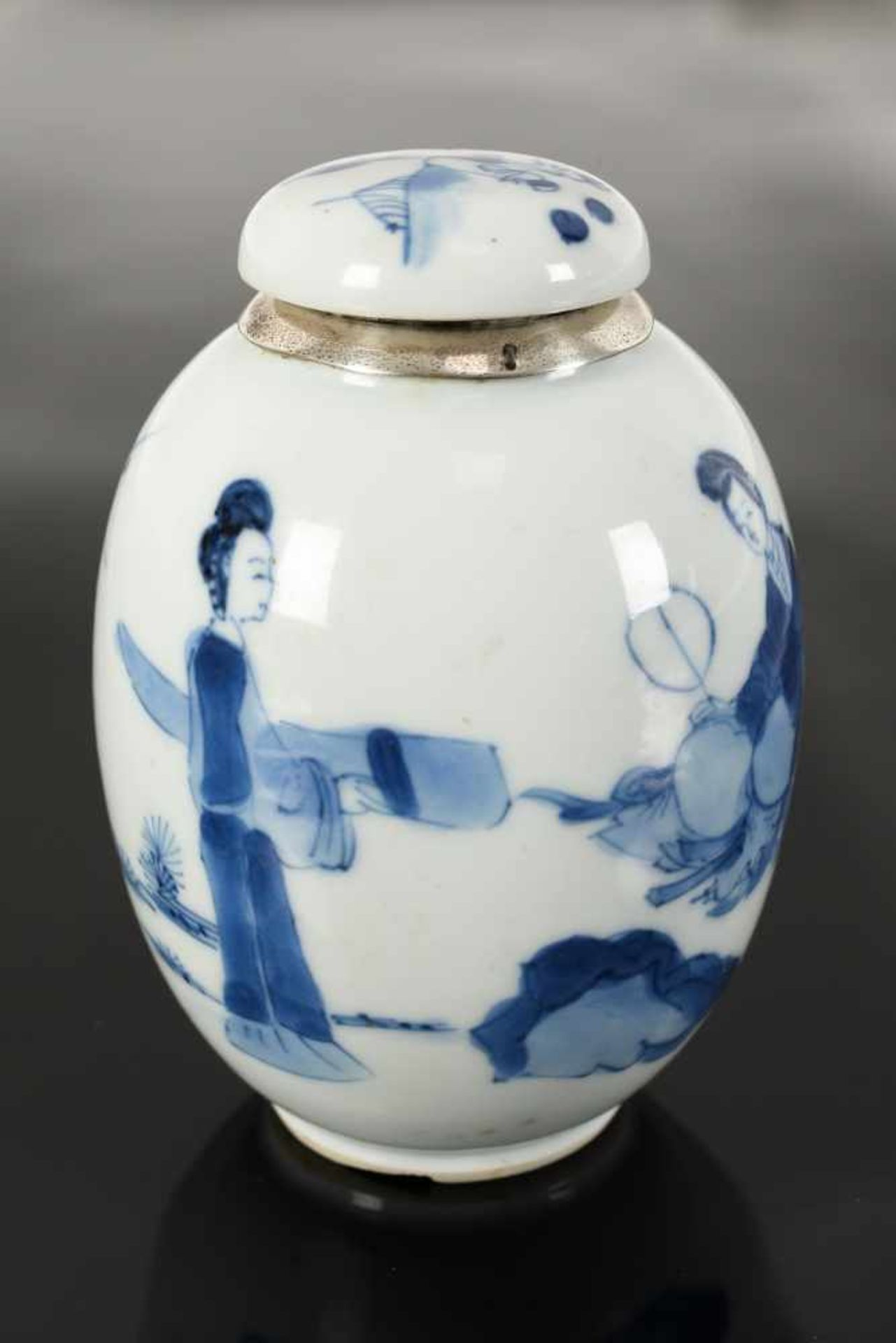 A blue and white porcelain lidded jar with later Dutch silver mounting, decorated with figures in - Bild 8 aus 11
