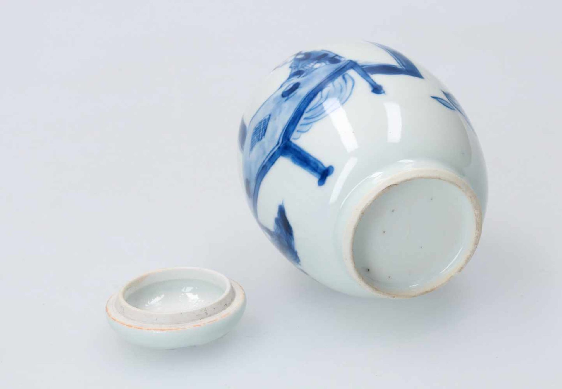 A blue and white porcelain lidded jar, decorated with figures around a table. Unmarked. China, - Bild 5 aus 5