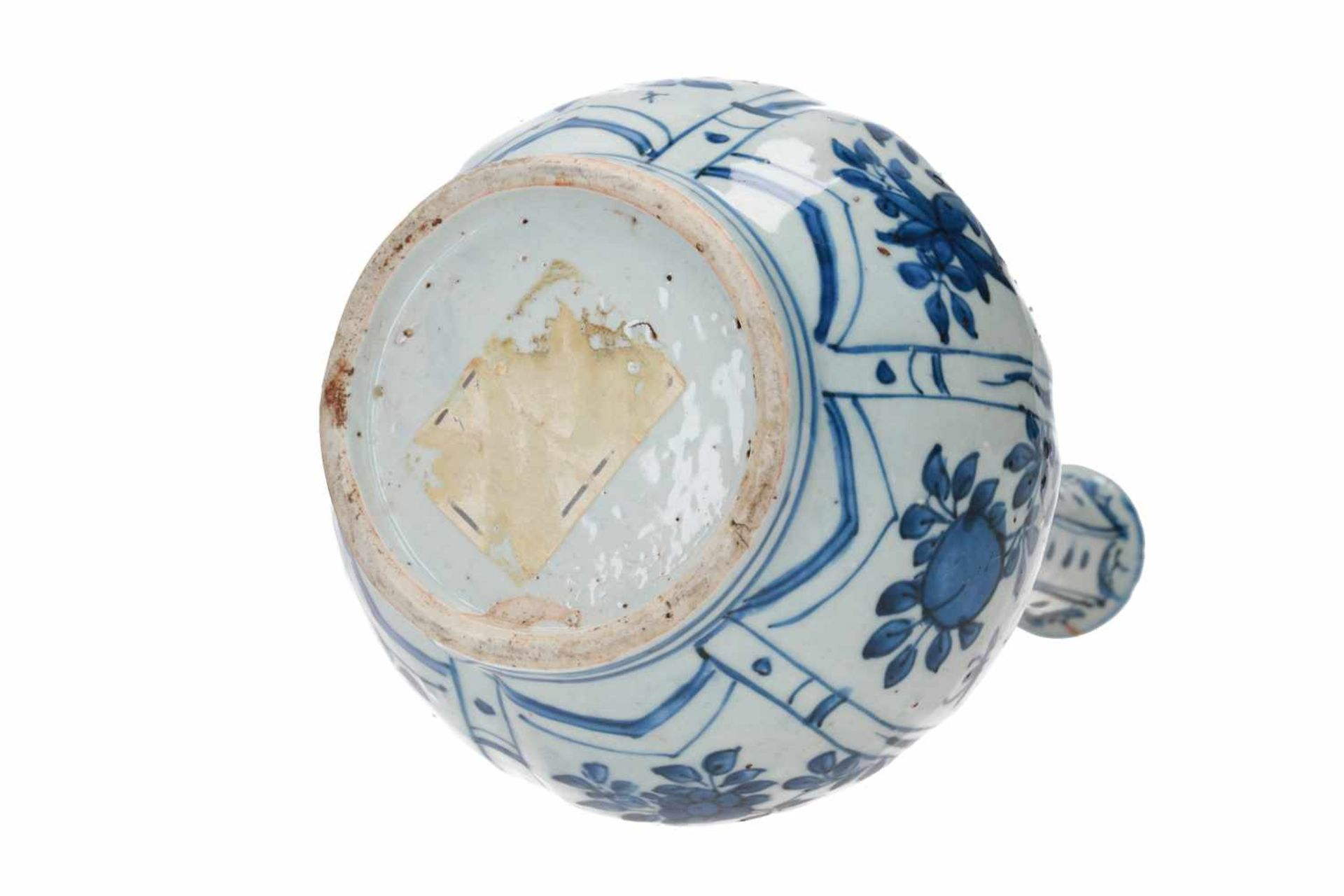 A lobed blue and white porcelain vase, decorated with flowers and fruits. Unmarked. China, Wanli. - Bild 5 aus 7
