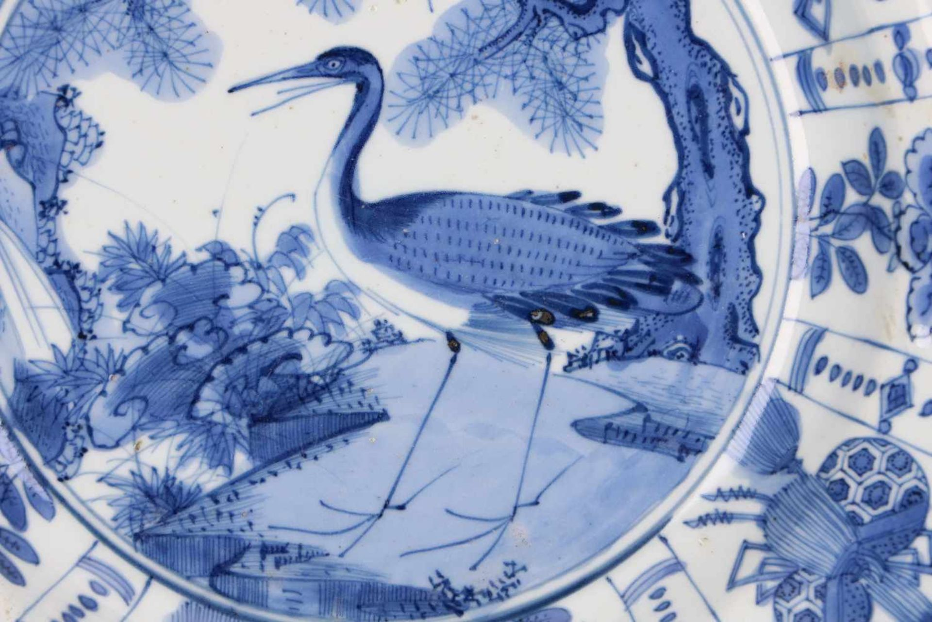 A blue and white 'kraak' porcelain dish, decorated with a bird. Unmarked. China, Wanli. - Bild 3 aus 4