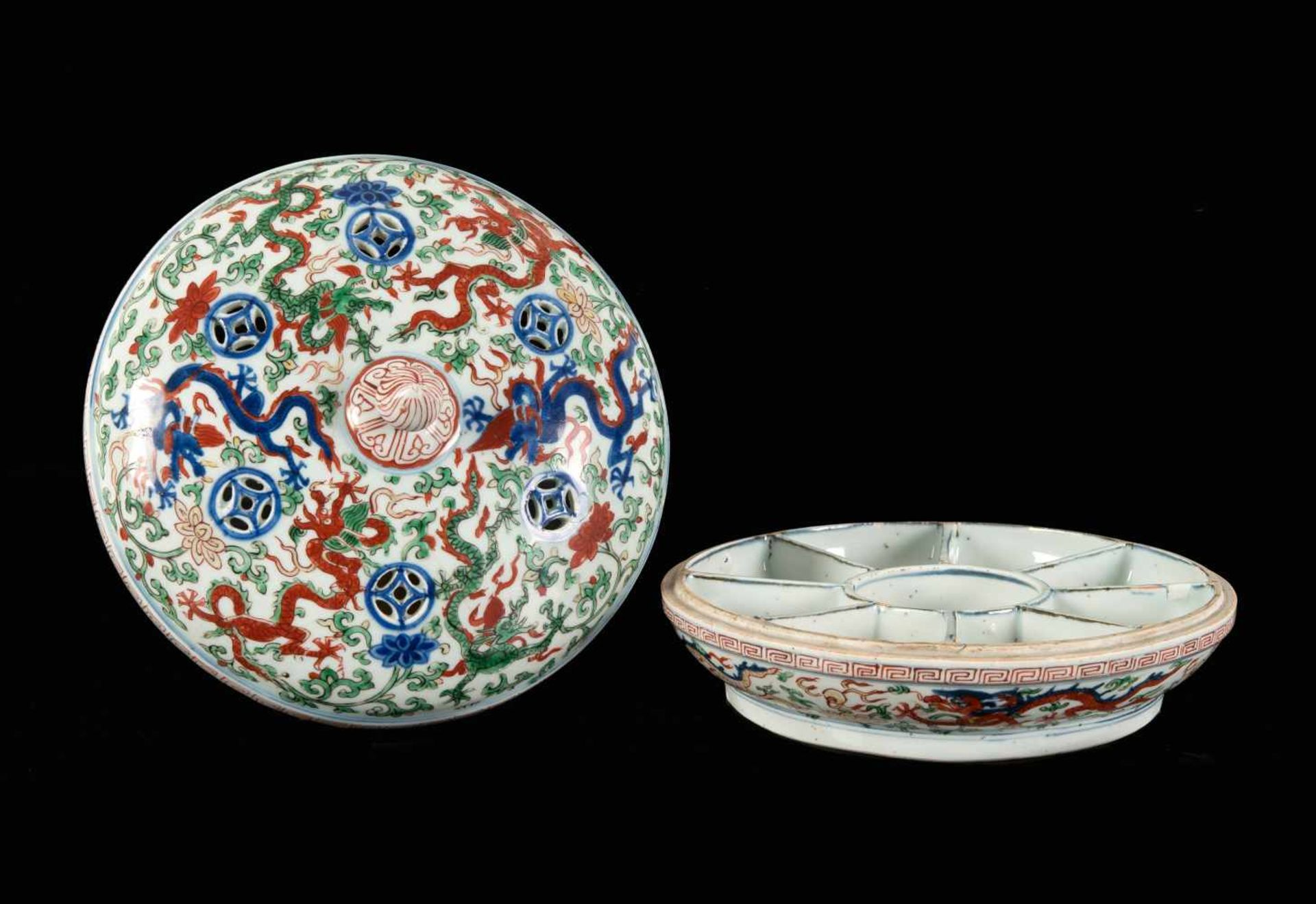 A Wucai porcelain lidded bowl, decorated with dragons and flowers. The bowl with nine - Bild 21 aus 26