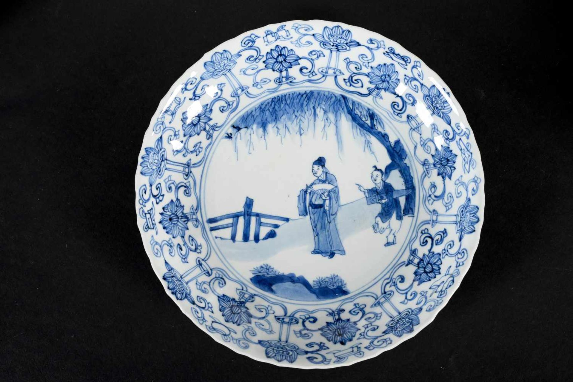 A lobed blue and white porcelain deep dish with scalloped rim, decorated with a dignitary and - Bild 4 aus 4