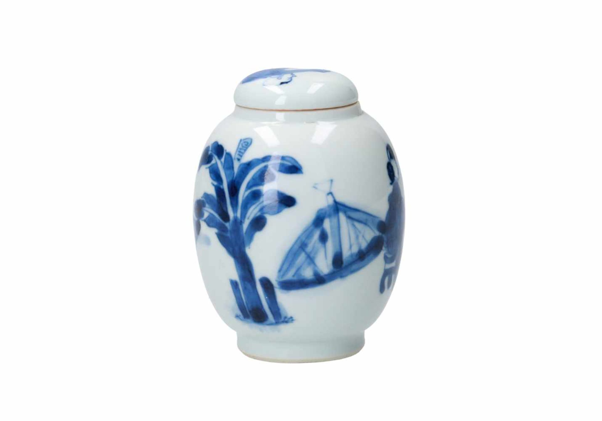 A blue and white porcelain lidded jar, decorated with figures around a table. Unmarked. China, - Bild 3 aus 5