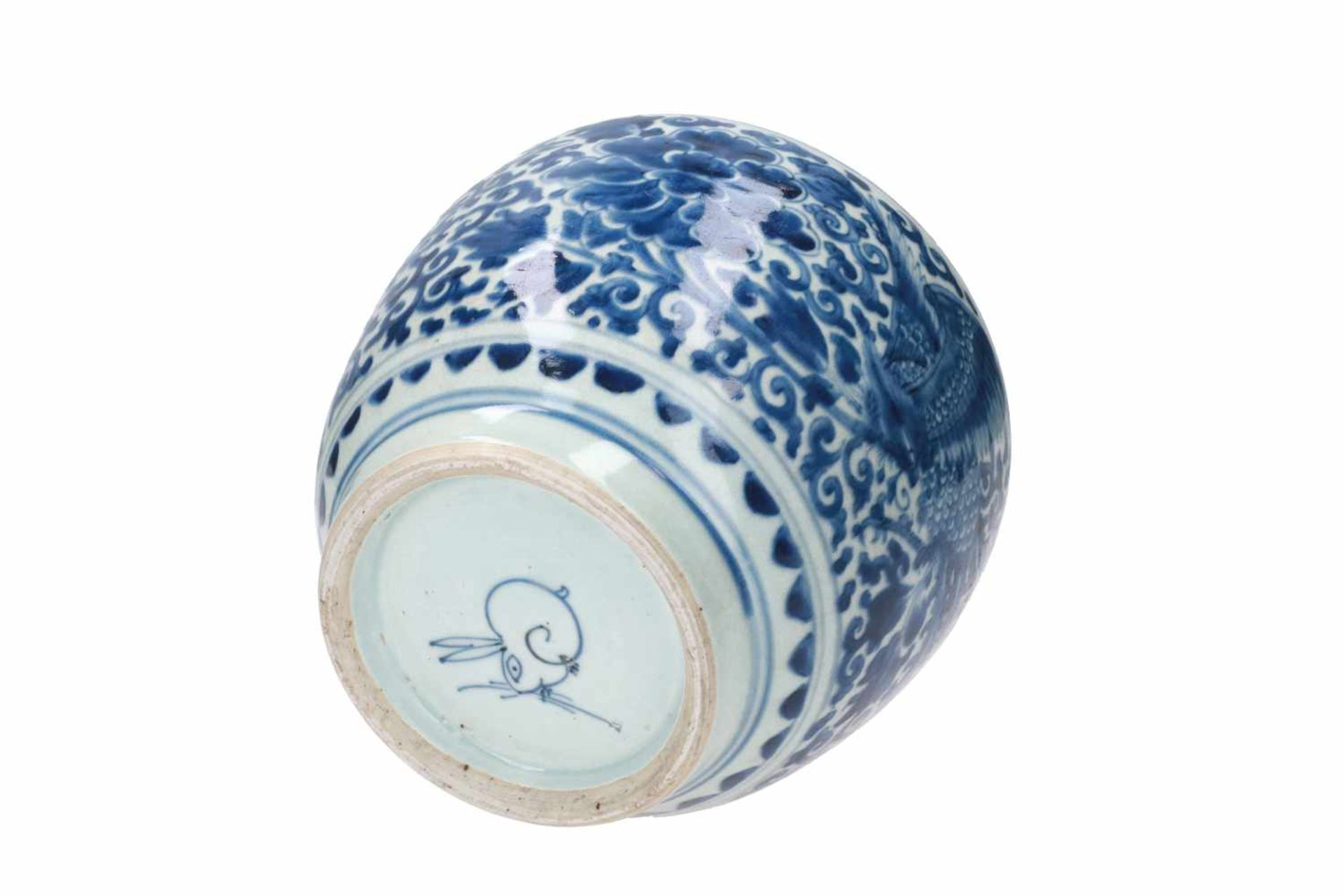 A blue and white porcelain jar, decorated with phoenixes and flowers. Marked with a hare. China, - Bild 6 aus 6