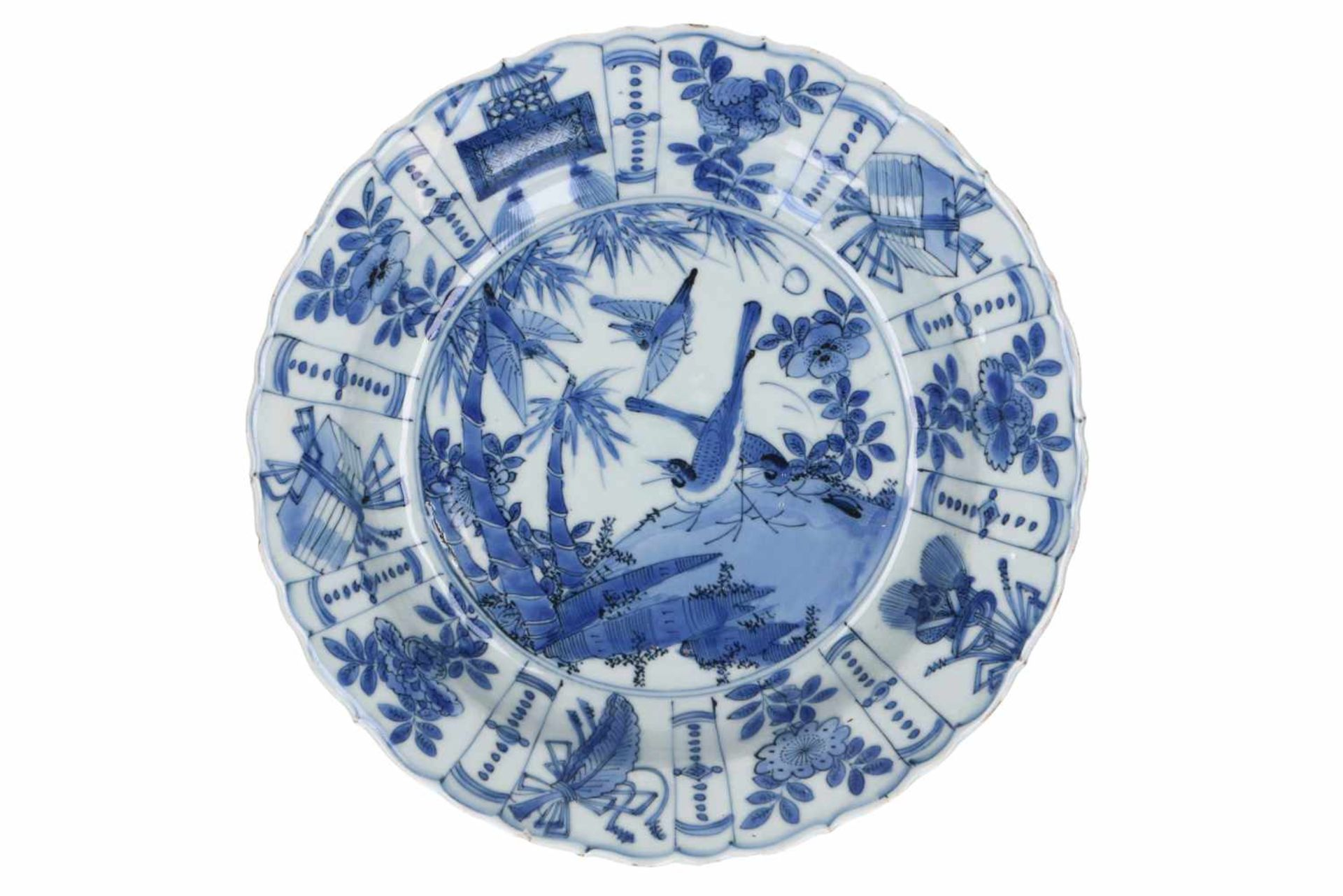A blue and white 'kraak' porcelain dish, decorated with birds. Unmarked. China, Wanli.