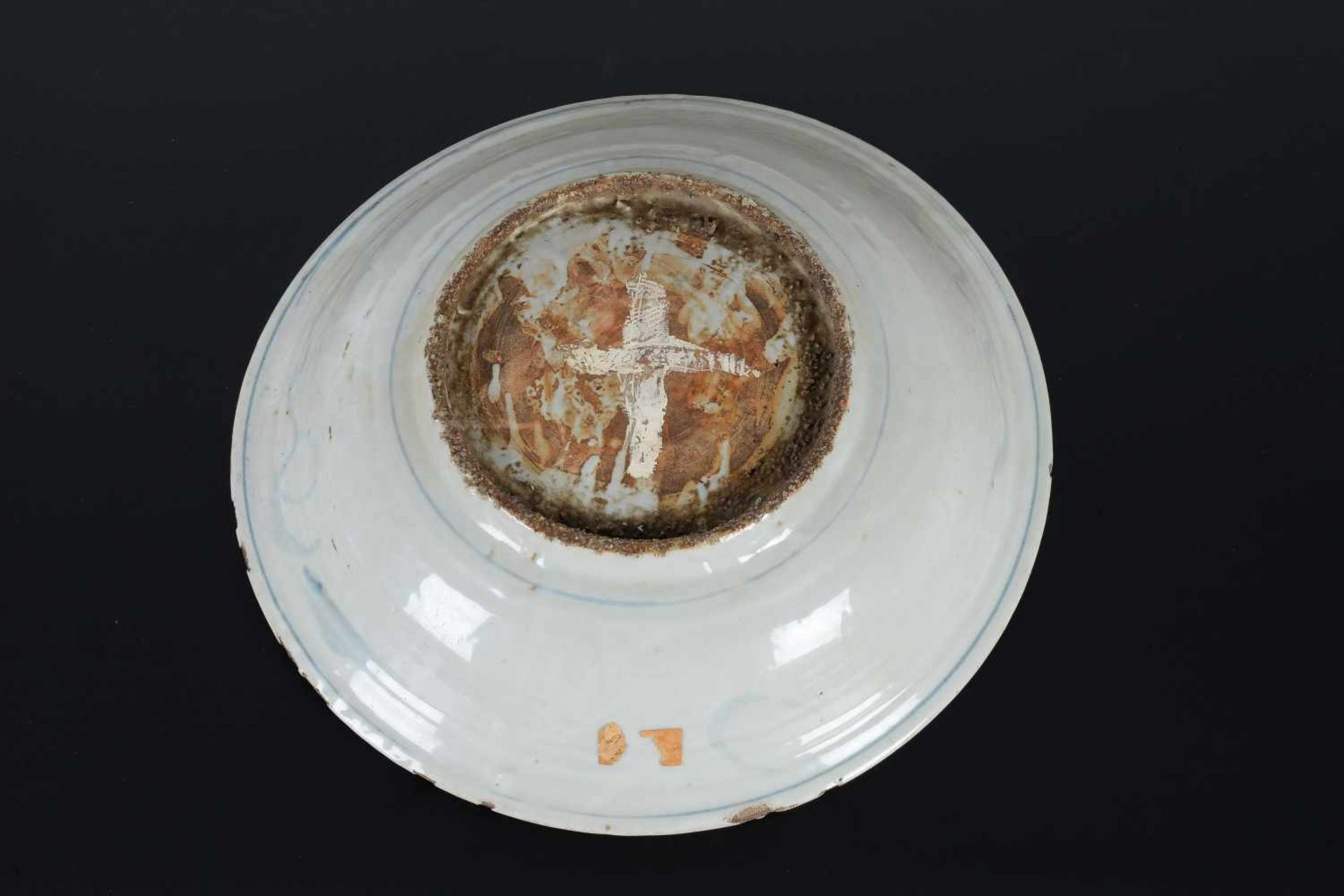 A blue and white porcelain deep charger, decorated with dragons and flowers. Unmarked. China, - Bild 6 aus 6