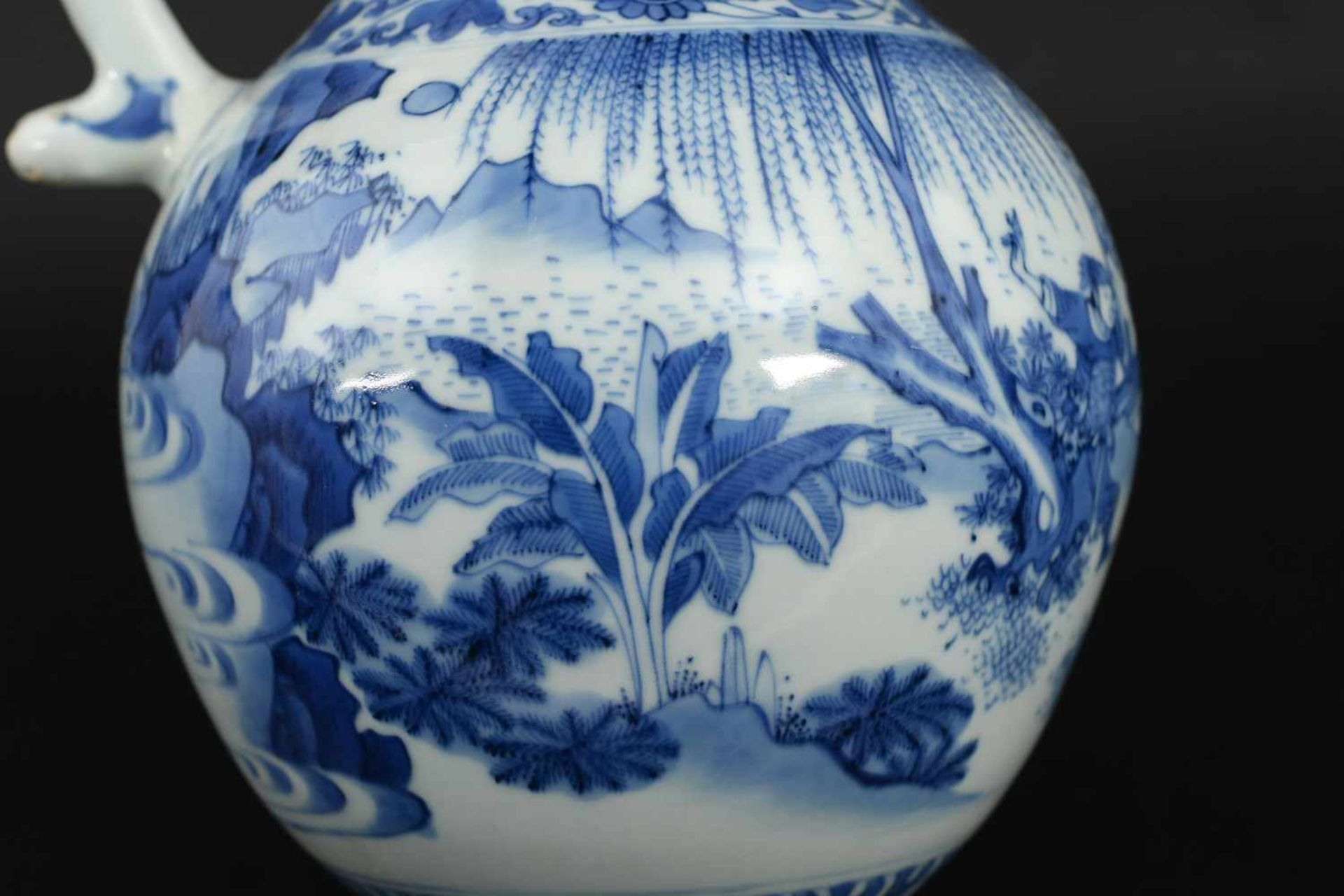 A blue and white porcelain jug, decorated with figures, a river landscape and flowers. Unmarked. - Bild 5 aus 9