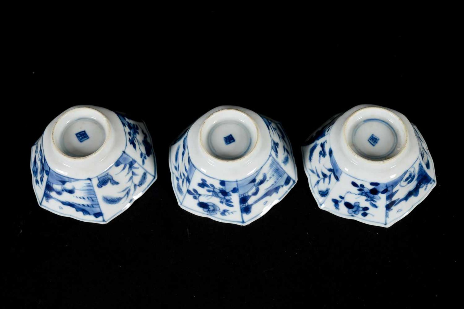 A set of three hexagonal blue and white porcelain cups with saucers, decorated with ducks, flowers - Bild 11 aus 12