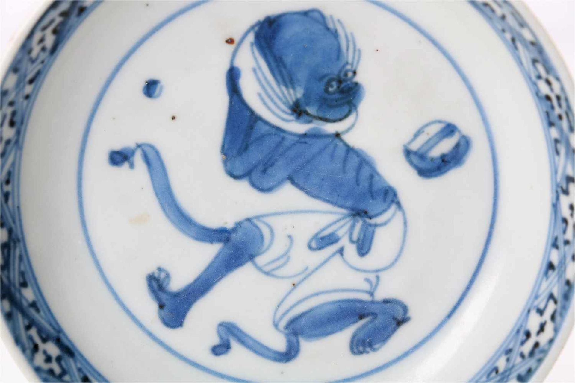 Two blue and white porcelain saucers, decorated with a dragon and a mythical creature. Marked. - Bild 3 aus 4
