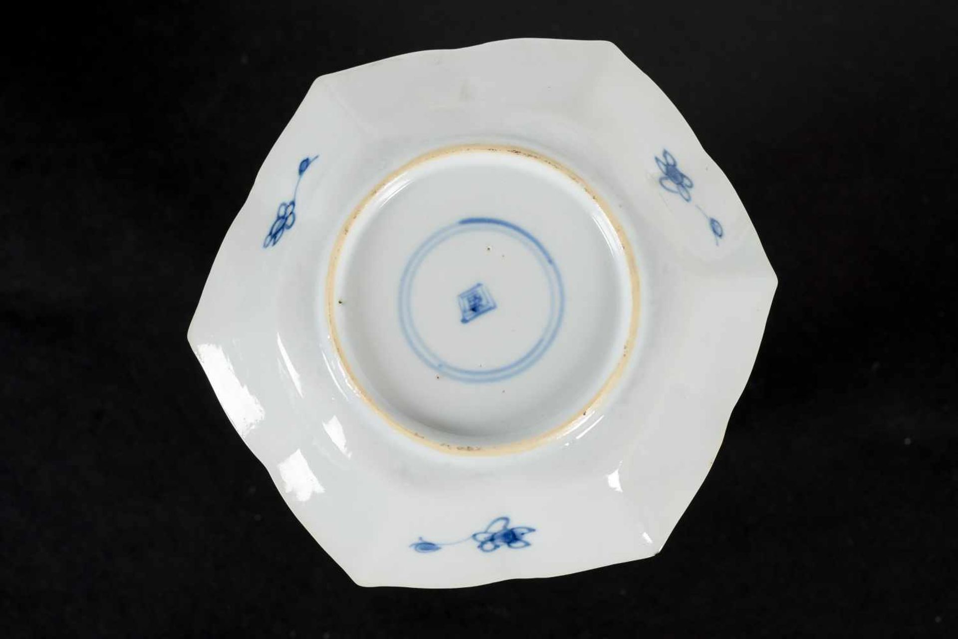 A set of three hexagonal blue and white porcelain cups with saucers, decorated with ducks, flowers - Bild 8 aus 12
