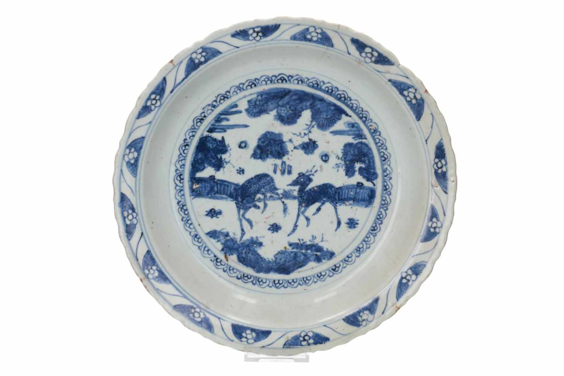 Lot of three blue and white Swatow porcelain chargers, decorated with flowers and animals. One - Bild 4 aus 8