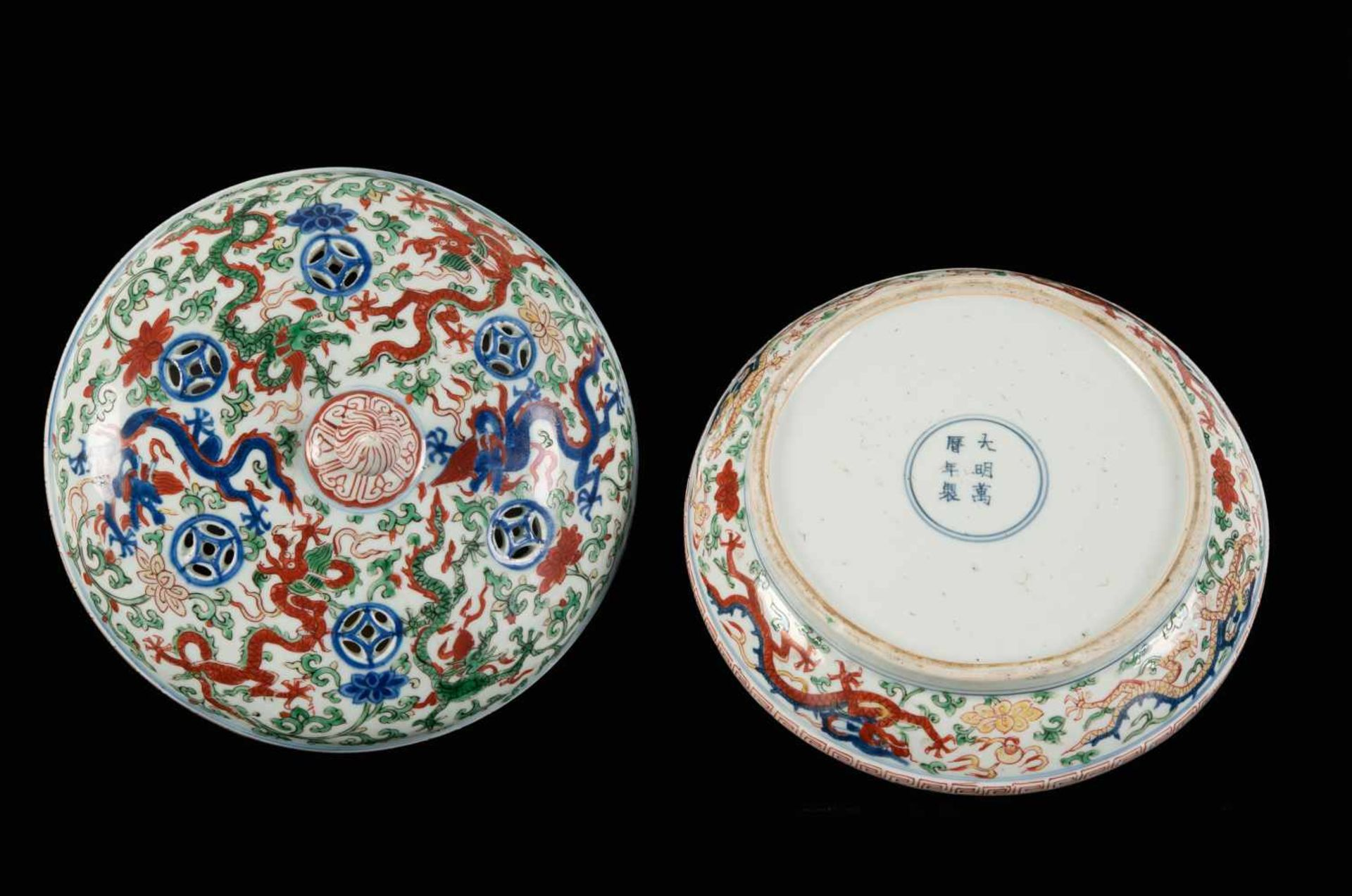 A Wucai porcelain lidded bowl, decorated with dragons and flowers. The bowl with nine - Bild 22 aus 26