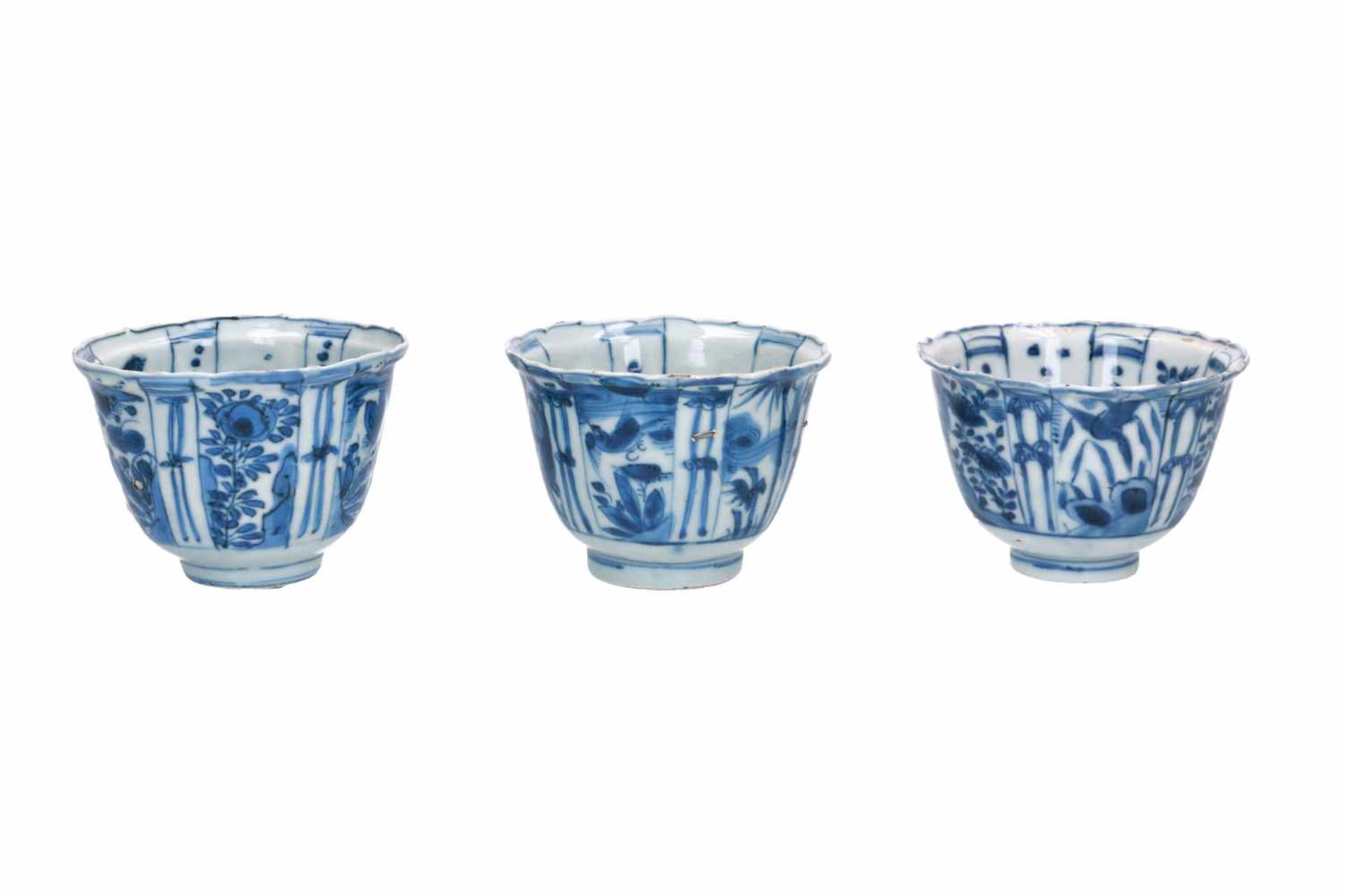 A lot of three blue and white porcelain bowls, decorated with flowers, birds and butterflies. - Bild 4 aus 4