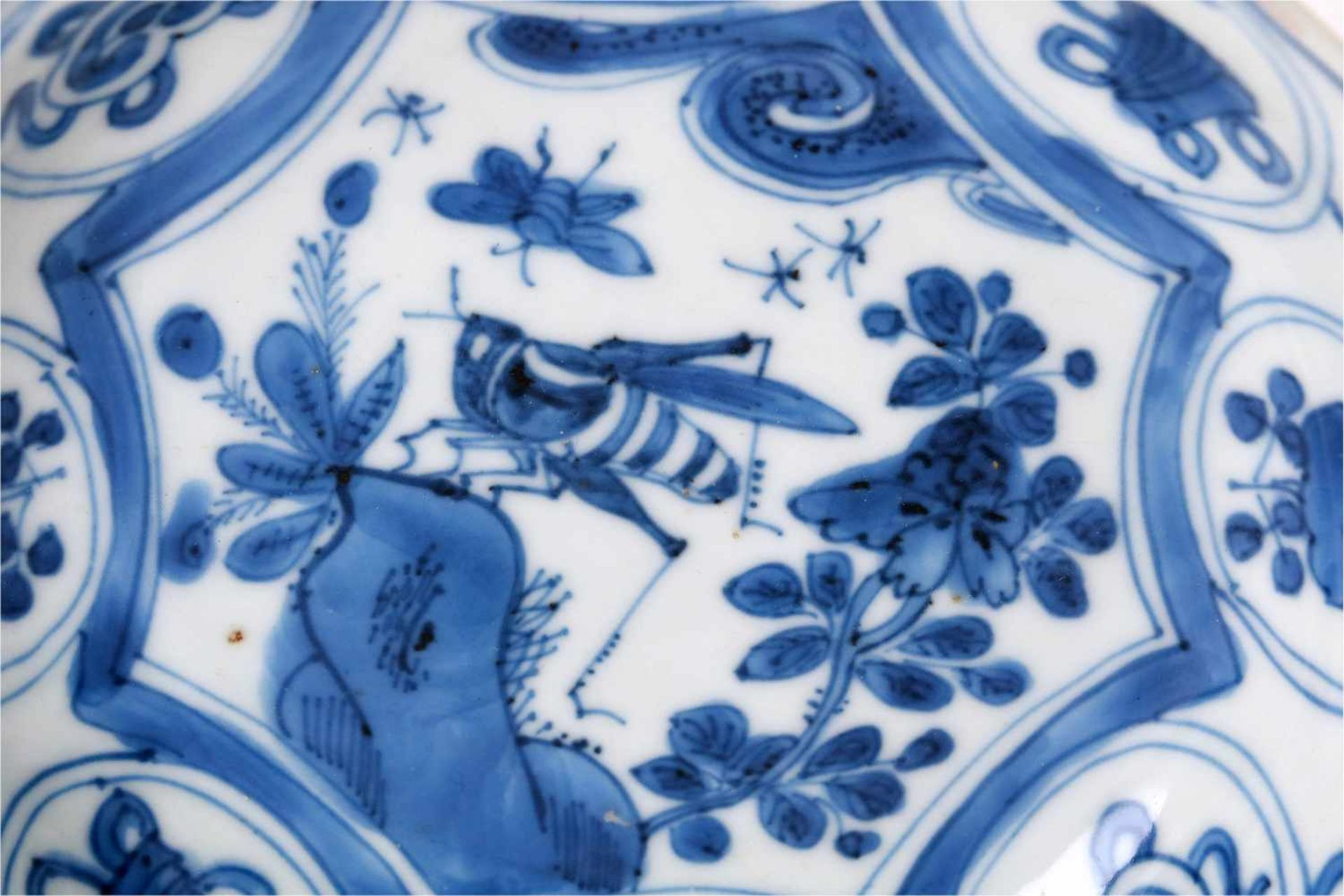 A blue and white 'kraak' porcelain dish, decorated with flowers, a butterfly and a cricket. - Bild 3 aus 3