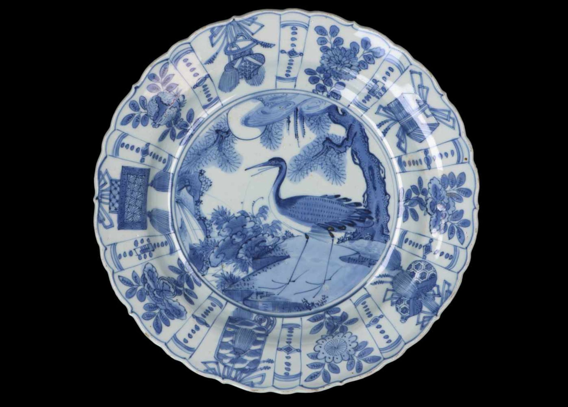 A blue and white 'kraak' porcelain dish, decorated with a bird. Unmarked. China, Wanli. - Bild 4 aus 4