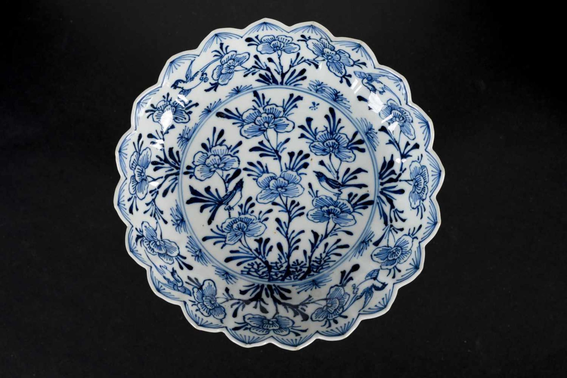 A set of six blue and white porcelain deep saucers with scalloped rim, decorated with flowers and - Bild 2 aus 8