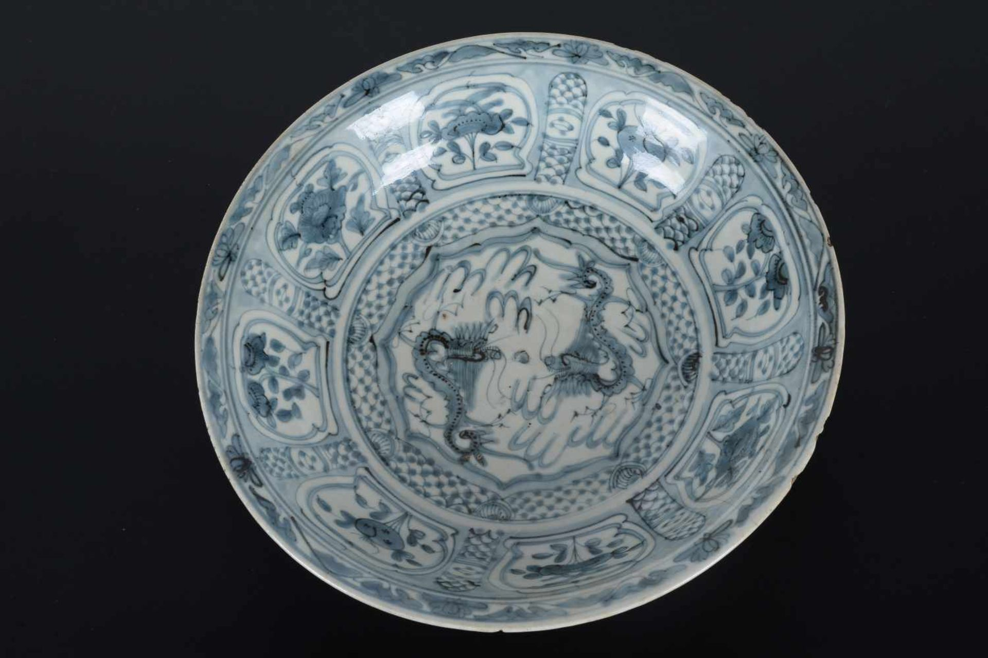 A blue and white porcelain deep charger, decorated with dragons and flowers. Unmarked. China, - Bild 4 aus 6