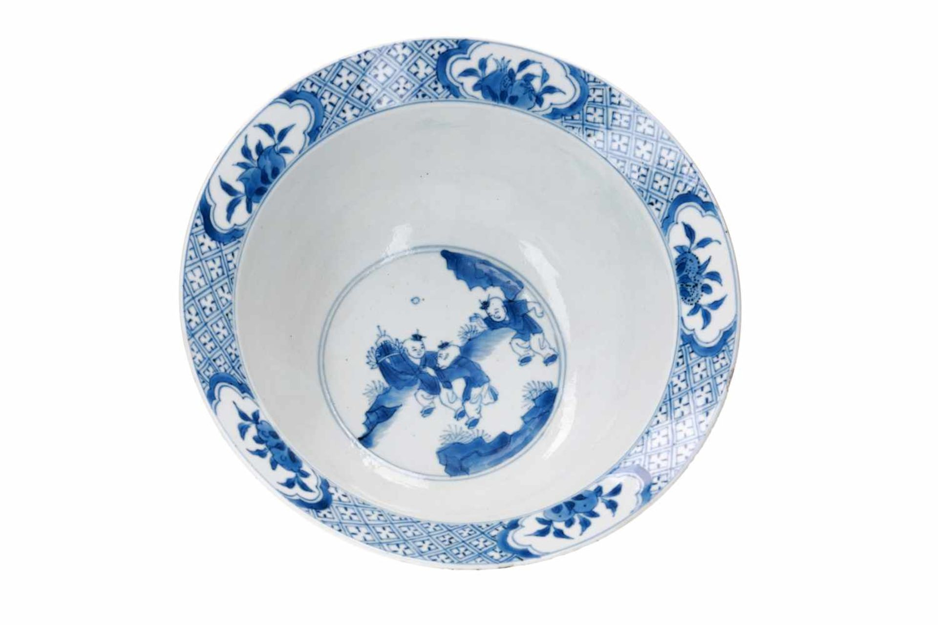 A blue and white porcelain 'klapmuts' bowl, decorated with scenes of the Romance of the Western - Bild 5 aus 6