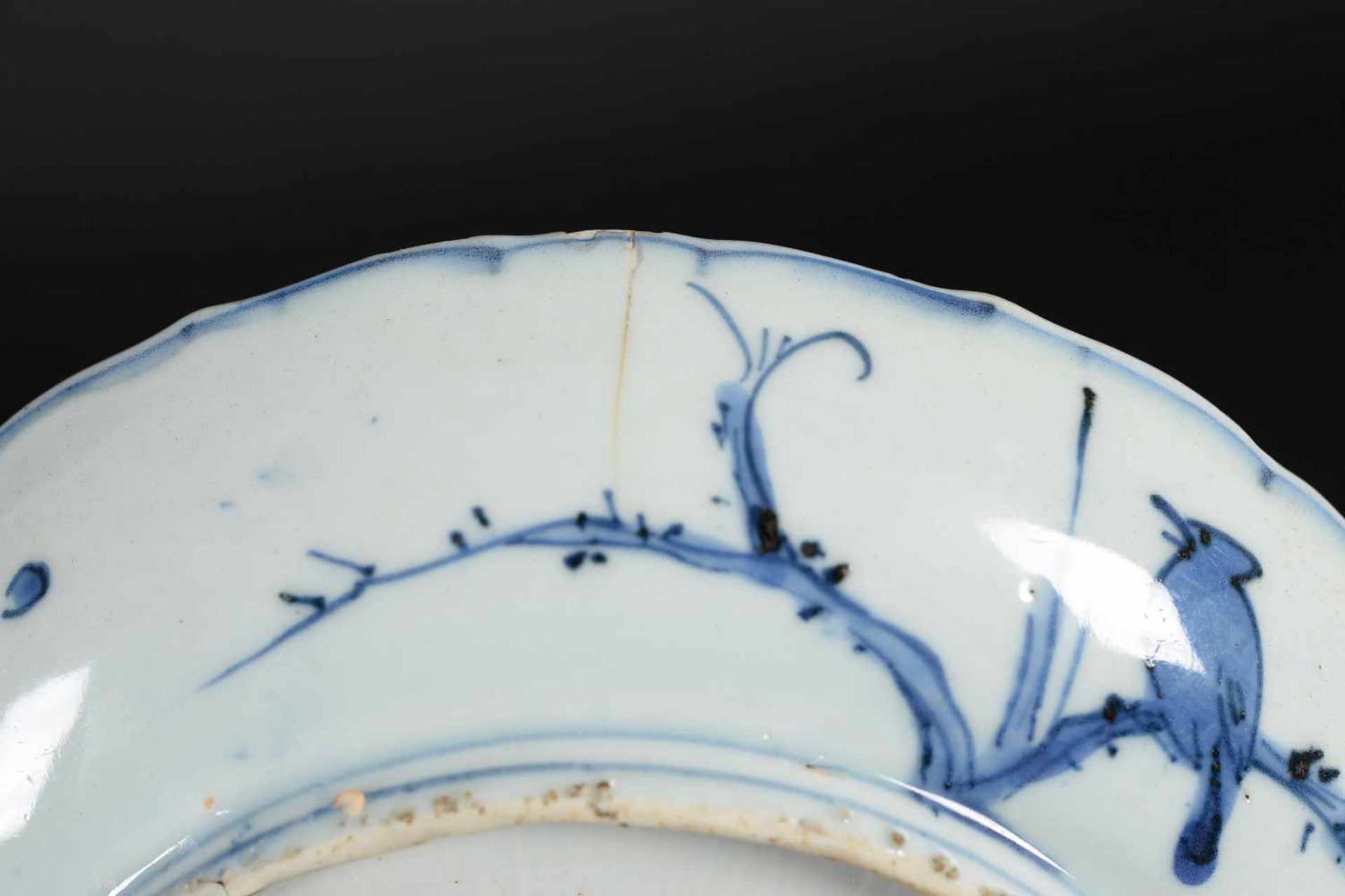 A blue and white 'kraak' porcelain deep dish, decorated with deer, birds and flowers. Unmarked. - Bild 5 aus 5