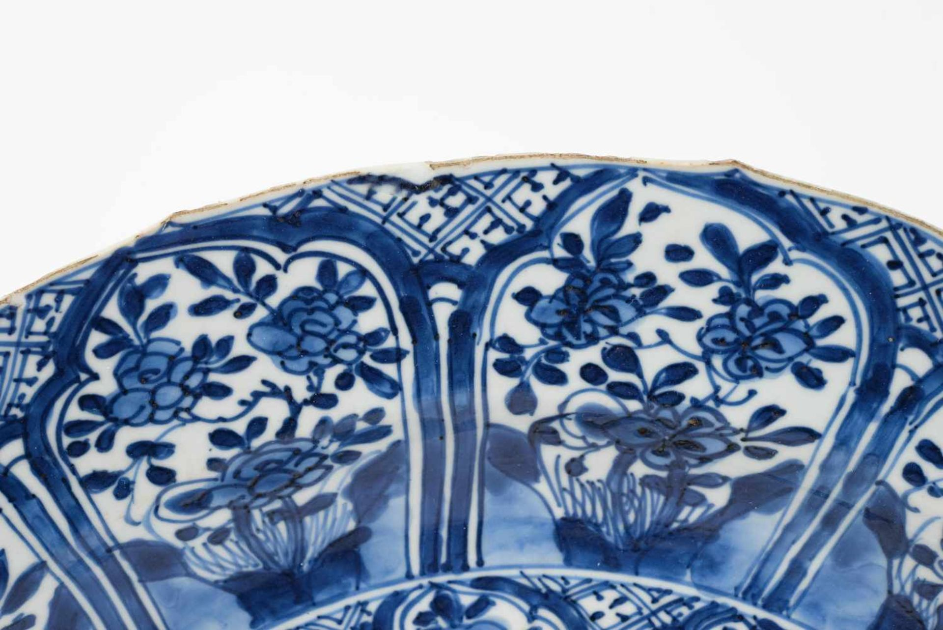 A blue and white porcelain charger, decorated with flowers. Marked with censer. China, Kangxi. - Bild 3 aus 5